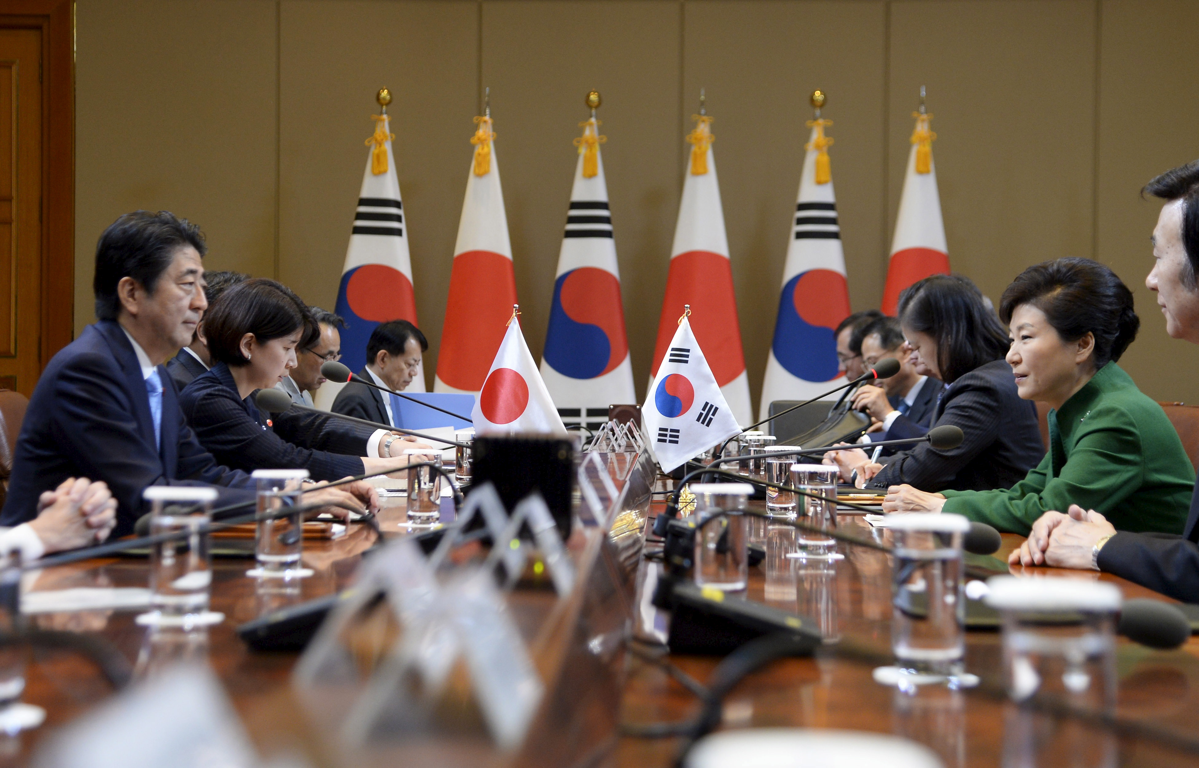Japanese Prime Minister Shinzo Abe (L) talks with South Korean President Park Geun-Hye (R) during their meeting at the presidential house in Seoul, South Korea,  November 2, 2015.