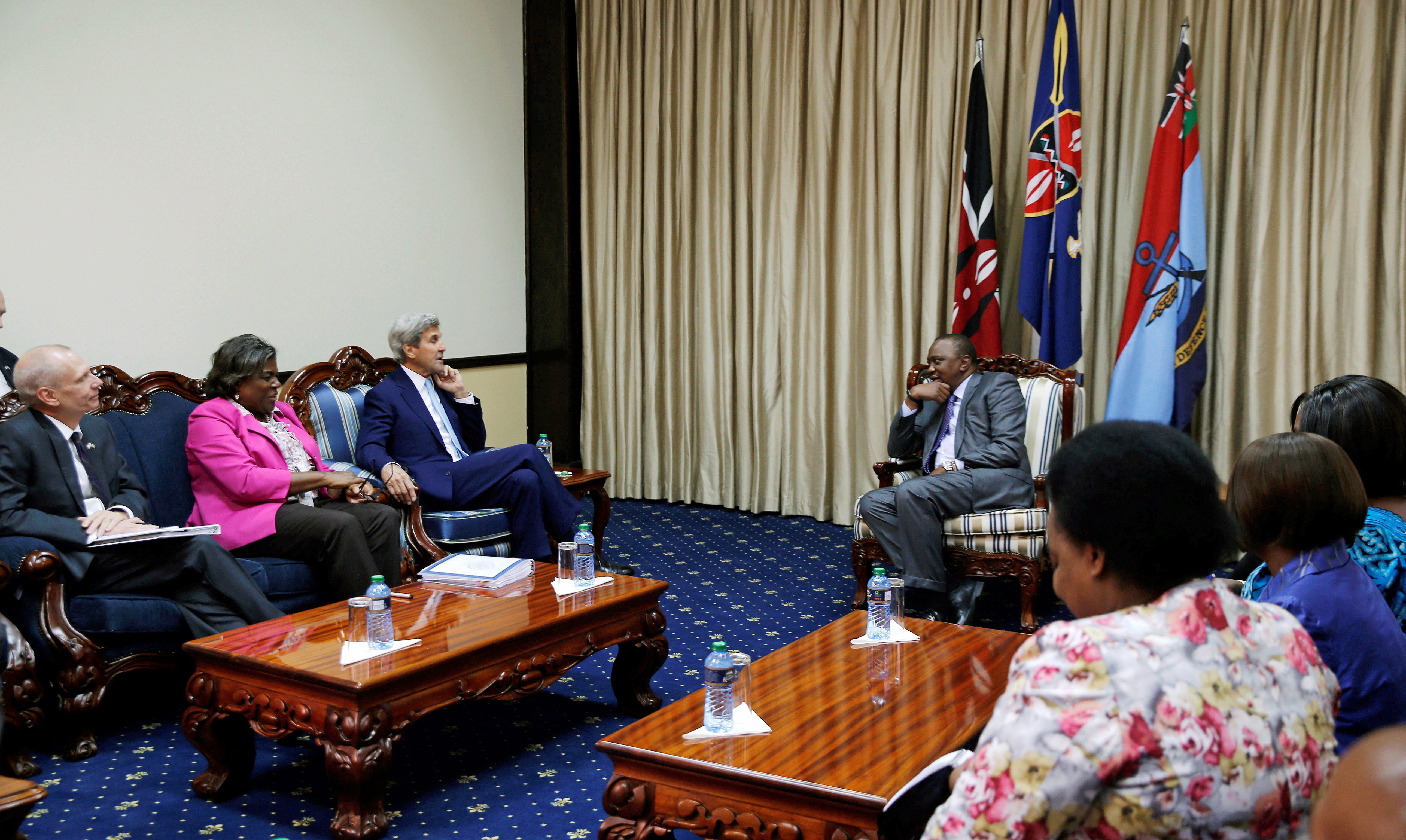 U.S. Secretary of State John Kerry (C) talks to Kenya's President Uhuru Kenyatta during their bilateral talks as other officials from Kenya and the U.S. listen., at the State House in Kenya's capital Nairobi, Aug. 22, 2016.
