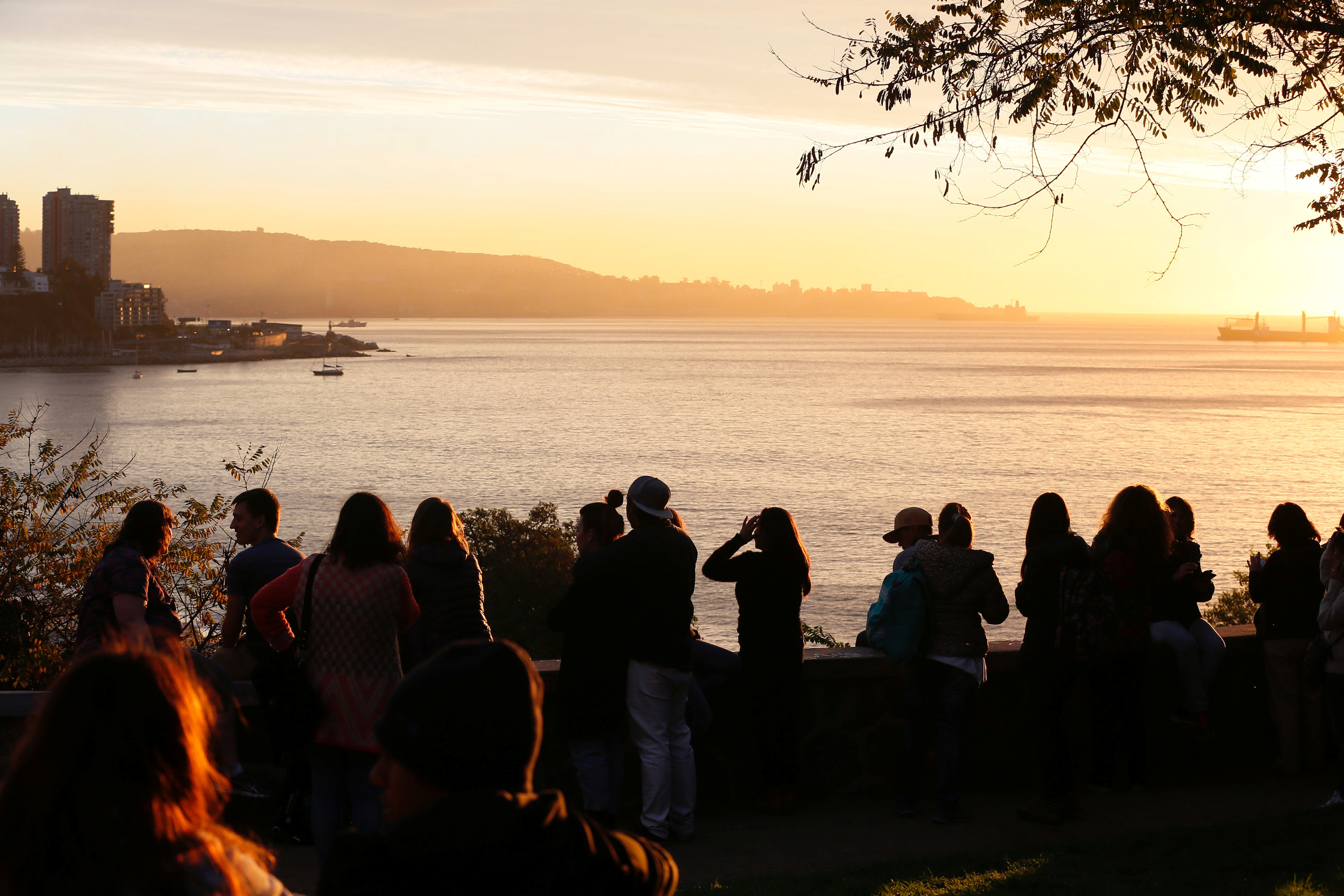 People look out towards the ocean on Cerro Castillo hill, after a mass evacuation of the entire coastline during a tsunami alert after a magnitude 7.1 earthquake hit off the coast in Vina del Mar, Chile April 24, 2017.