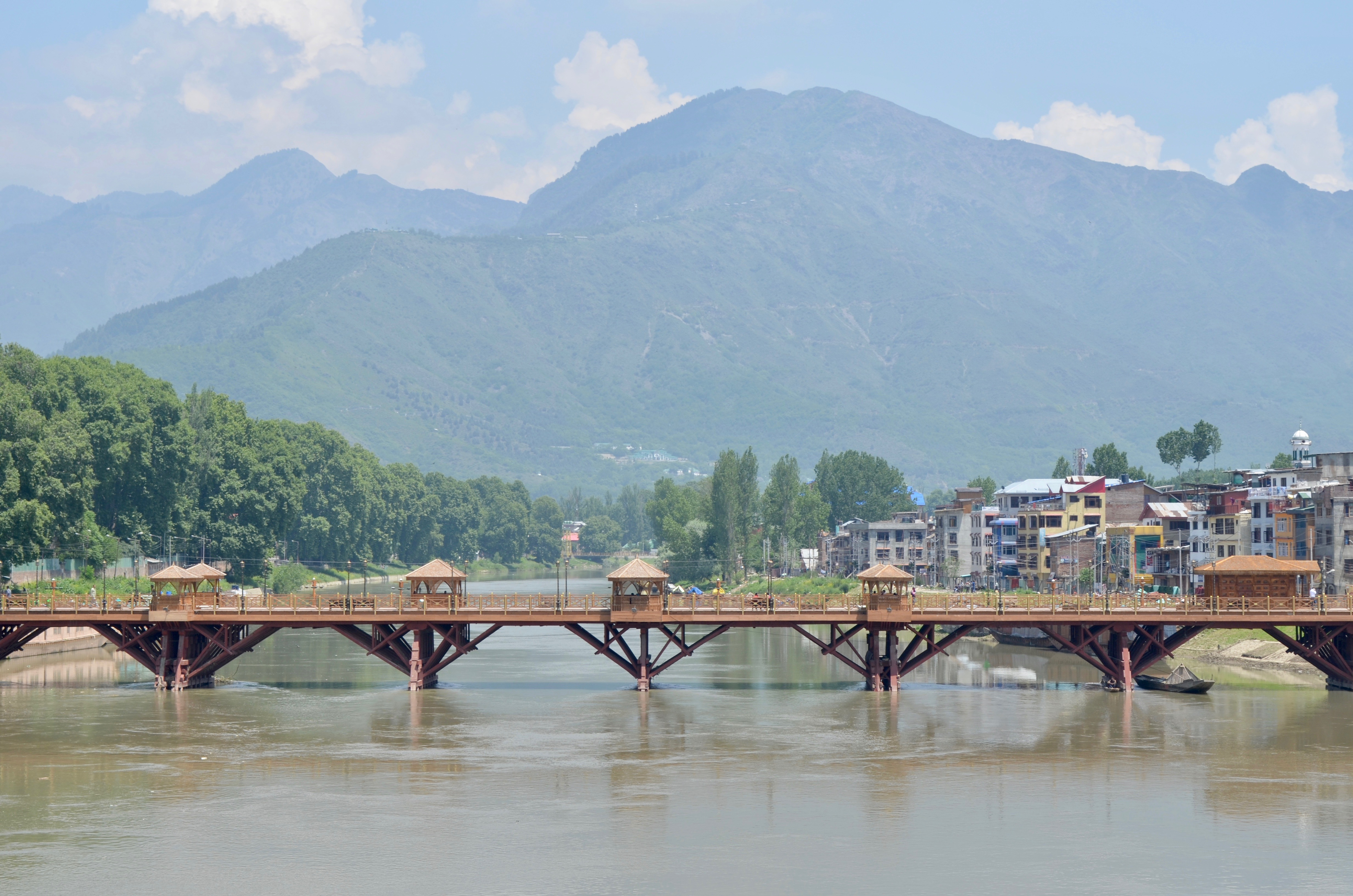 Indian Kashmir, tucked in the Himalayas, is a popular tourist destination, but a long spell of violence has kept visitors away from the region. (A. Pasricha/VOA)