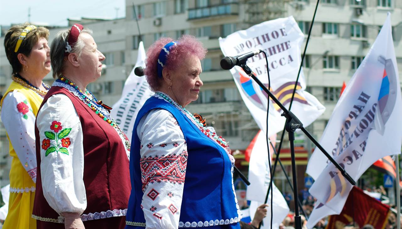 Singers join in the celebrations to mark Victory Day in Donetsk, eastern Ukraine May 9, 2014. (Jamie Dettmer/VOA)