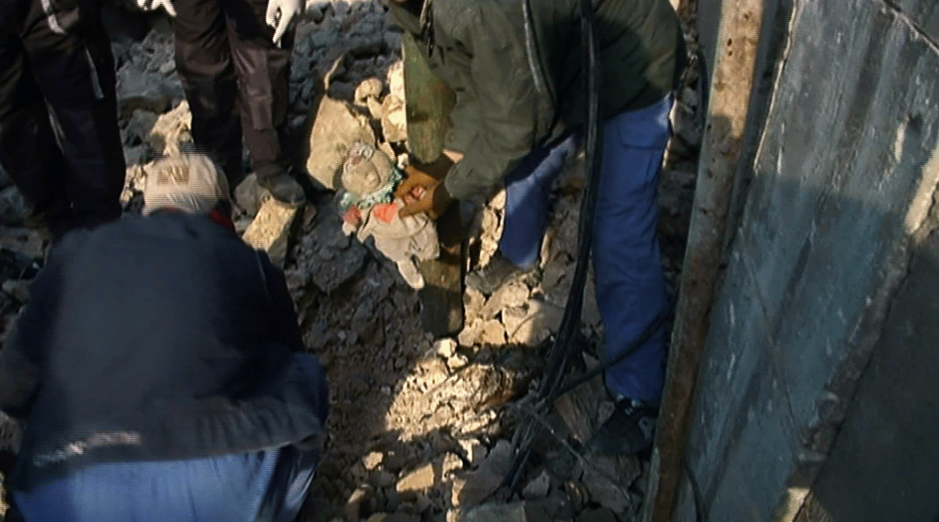 An Iraqi rescue worker holding a stuffed animal belonging to an unidentified child found dead under the rubble of the Old City in Mosul. January 2018. (K Omar/VOA)