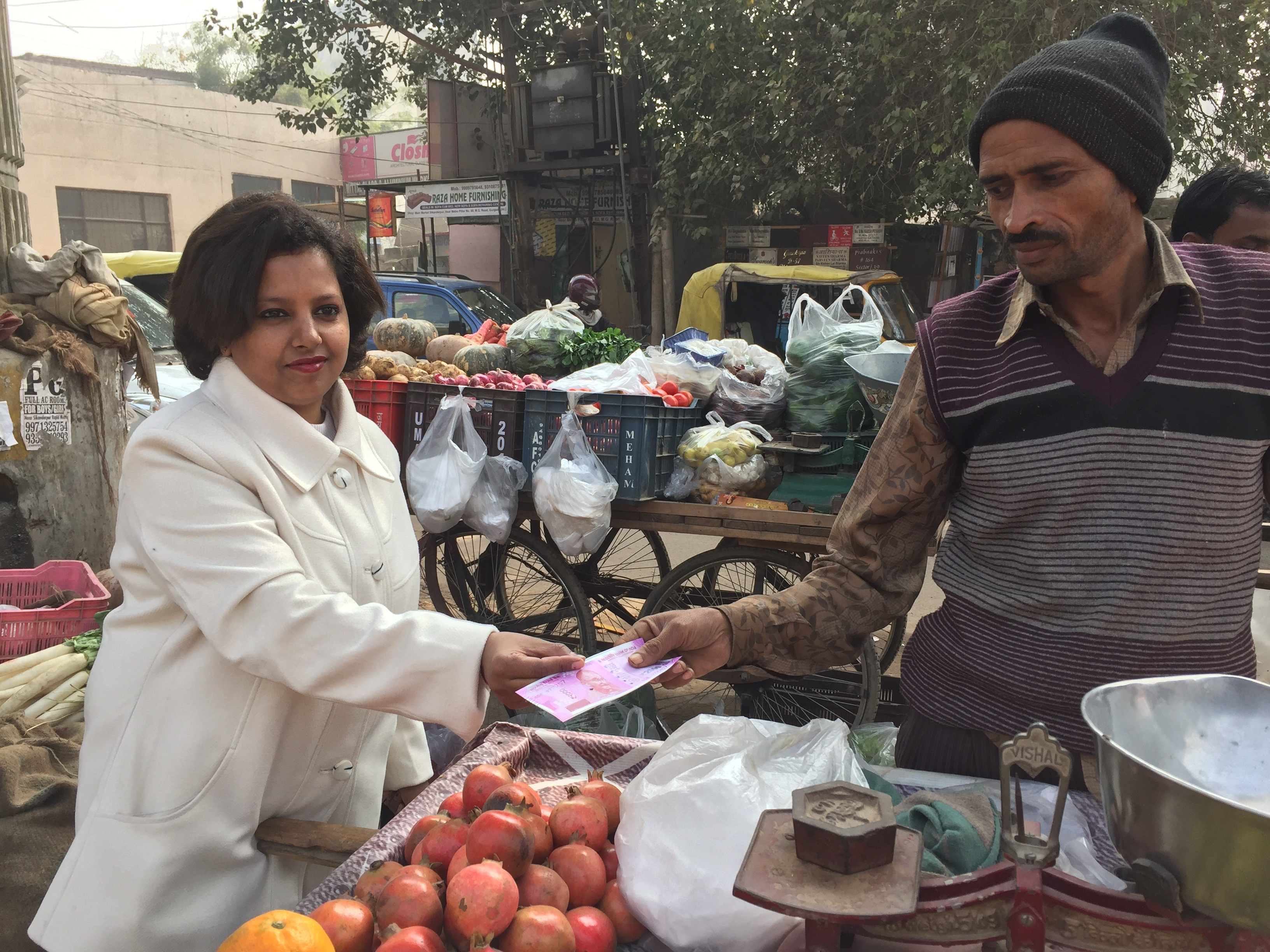 Fruit vendor Salan does all his business in cash and says he is clueless about how to make digital transactions. (A. Pasricha/VOA)
