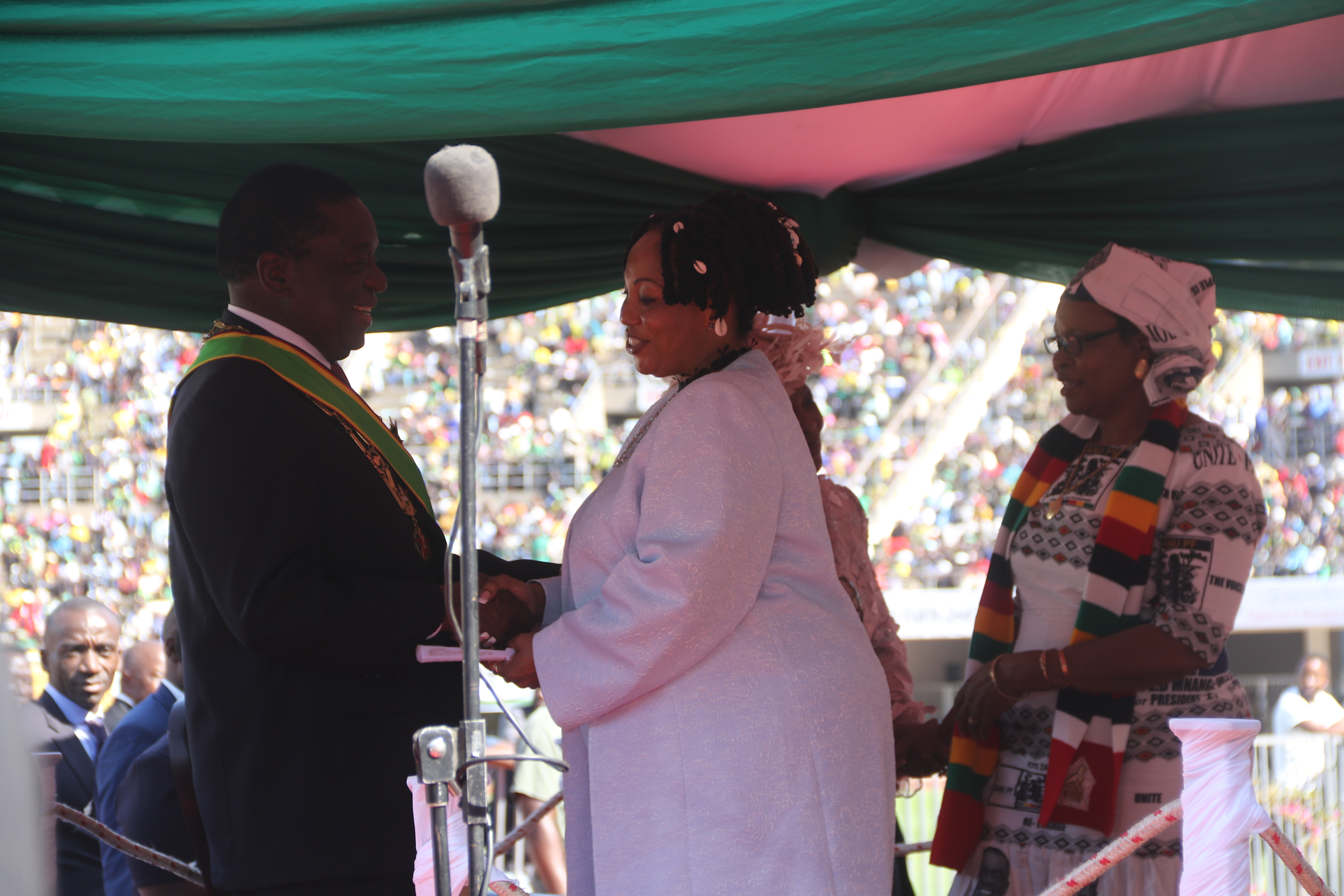 Priscilla Chigumba, the head of Zimbabwe Electoral Commission talking to President Emmerson Mnangagwa (08/26/2018) in Harare.