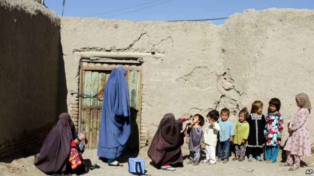 Afghan children are being vaccinated in an Afghan province.