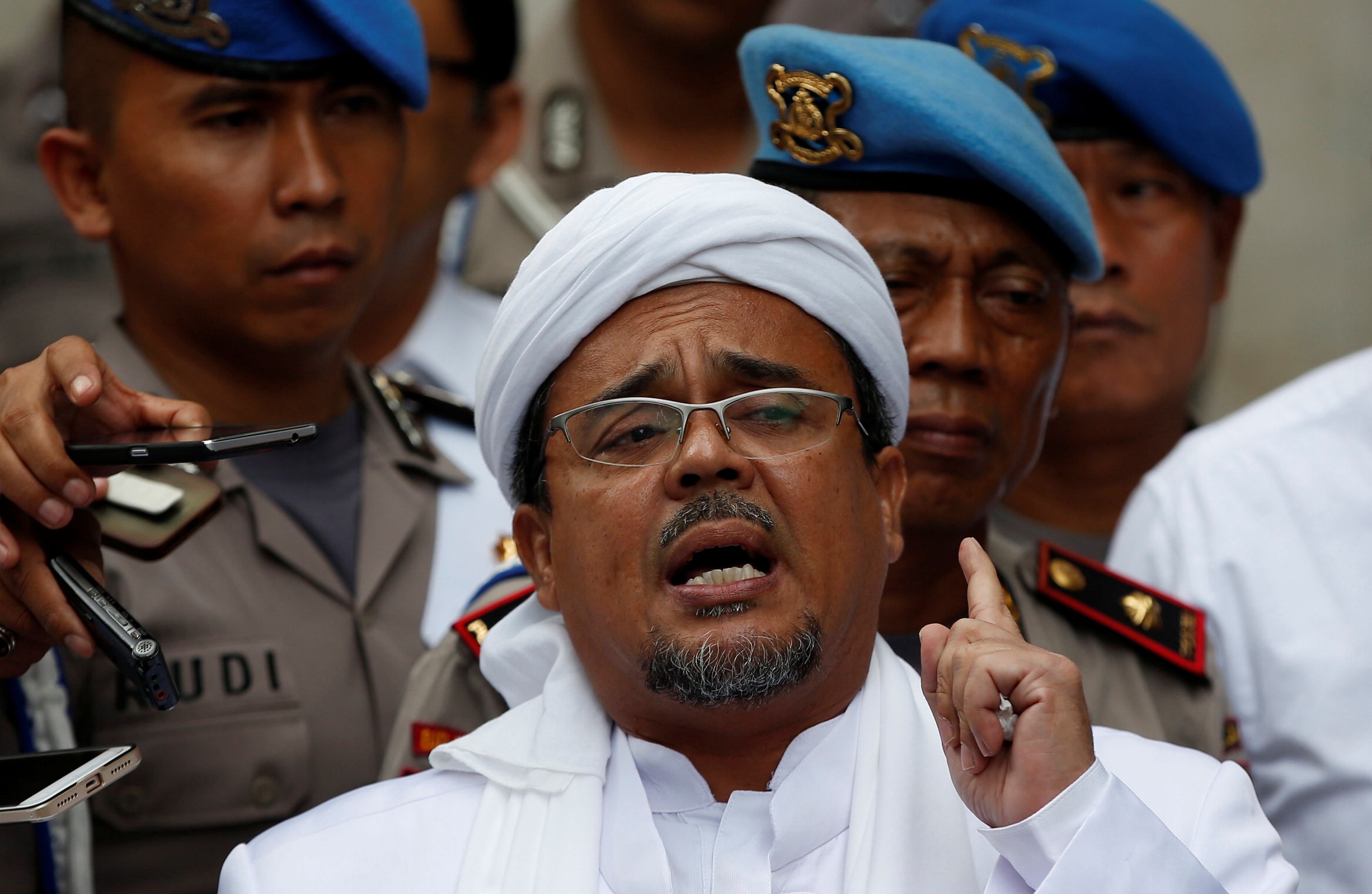 Habib Rizieq, gestures while speaking to the media upon his arrival at Jakarta Police headquarters in Jakarta, Indonesia February 1, 2017. R
