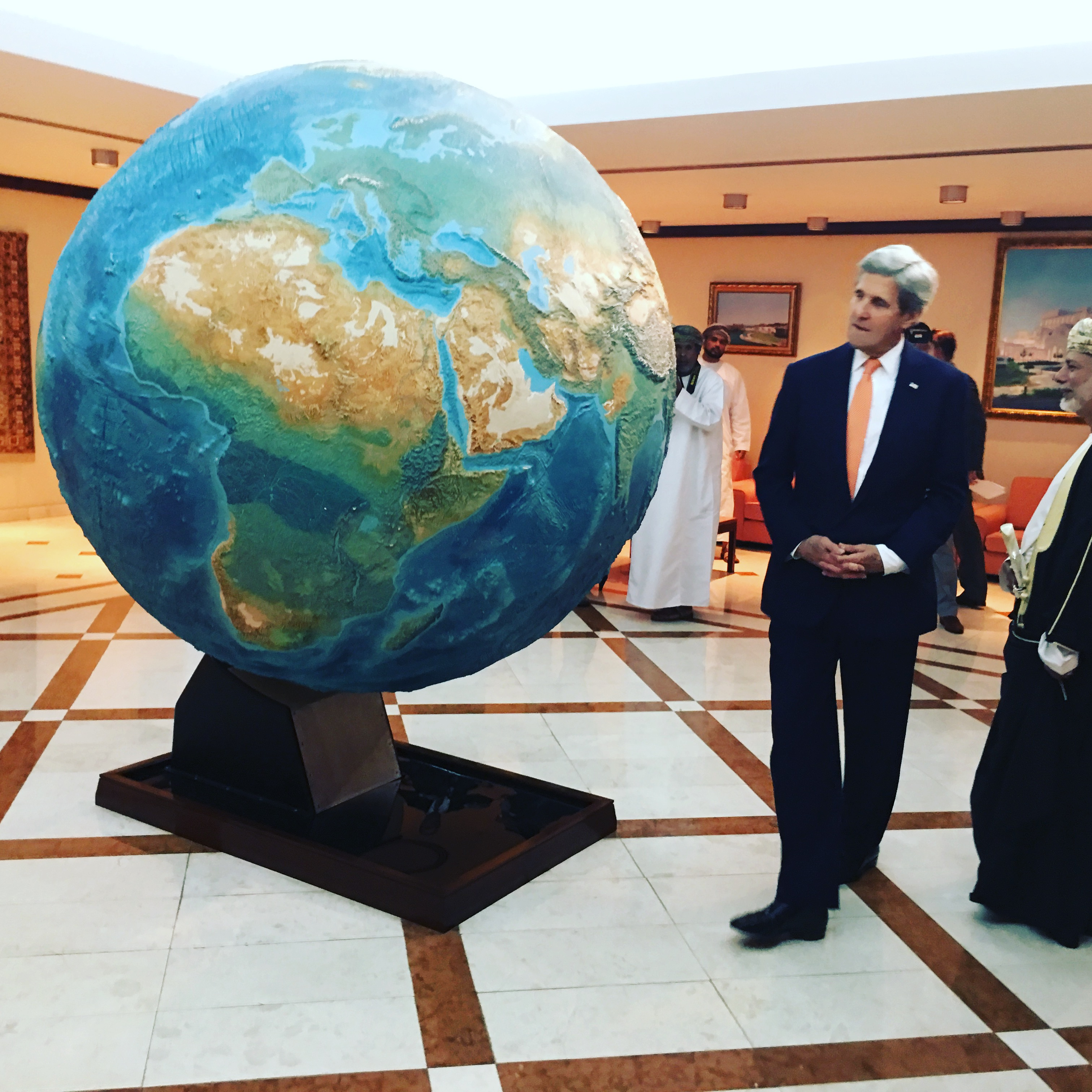 Secretary of State John Kerry admires a giant globe in the lobby of Oman's Ministry of Foreign Affairs prior to talks about the war in neighboring Yemen, in Muscat, Oman, Nov. 14, 2016. (S. Herman/VOA)