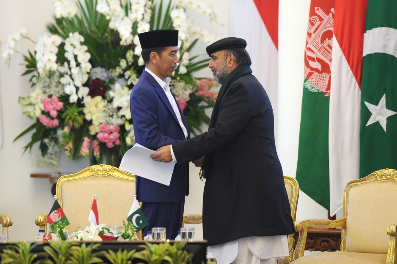 Indonesian President Joko Widodo greets Dr. Qibla Ayaz, a Pakistani delegate to the Bogor conference of religious scholars from Afghanistan, Pakistan and Indonesia, May 11, 2018. Ayaz is chairman of Pakistan's  Council of Islamic Ideology. (VOA Indon...