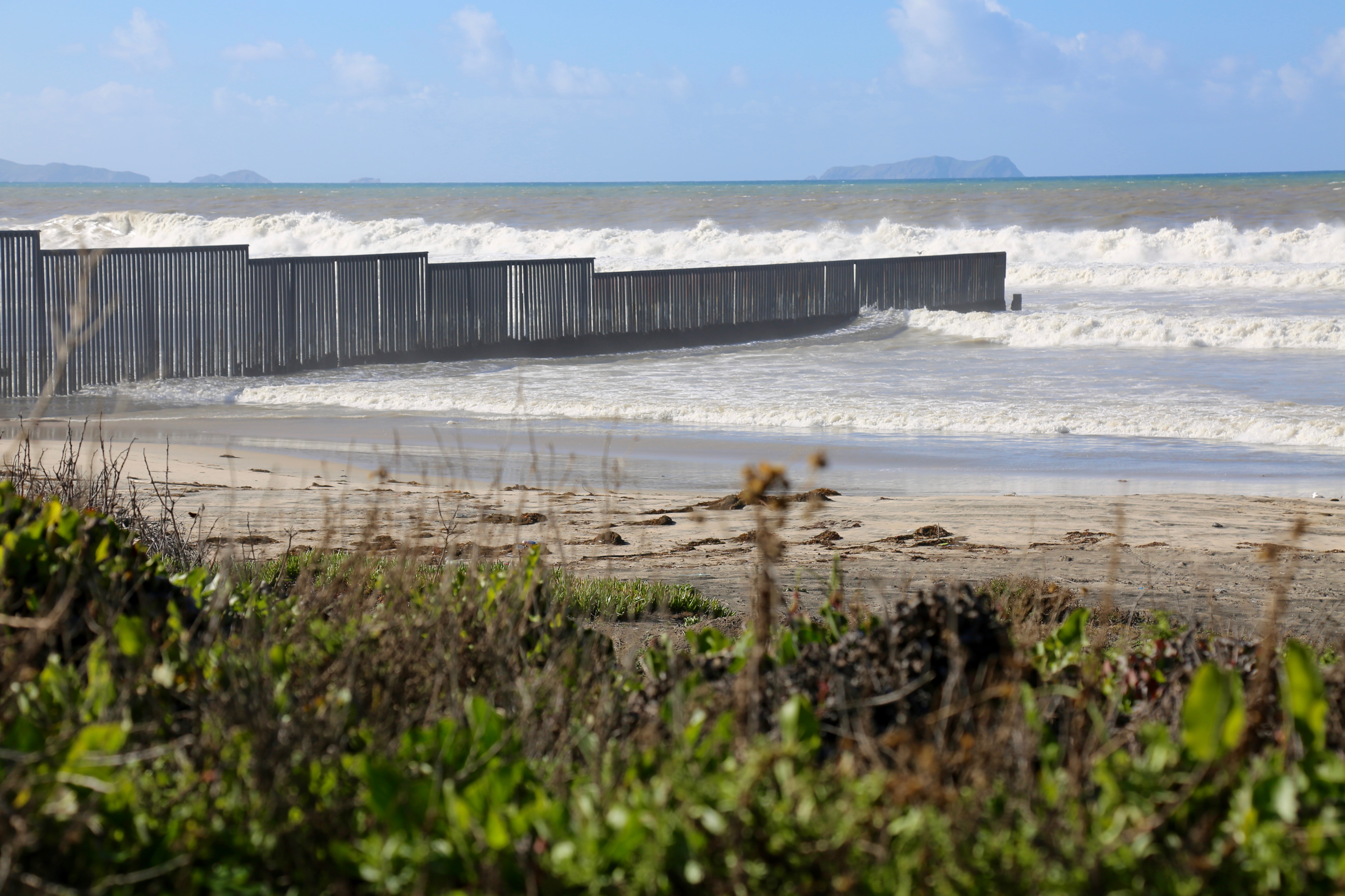 Waves break on the U.S.-Mexico border barrier at the edge of the Pacific Ocean. (R. Taylor/VOA)