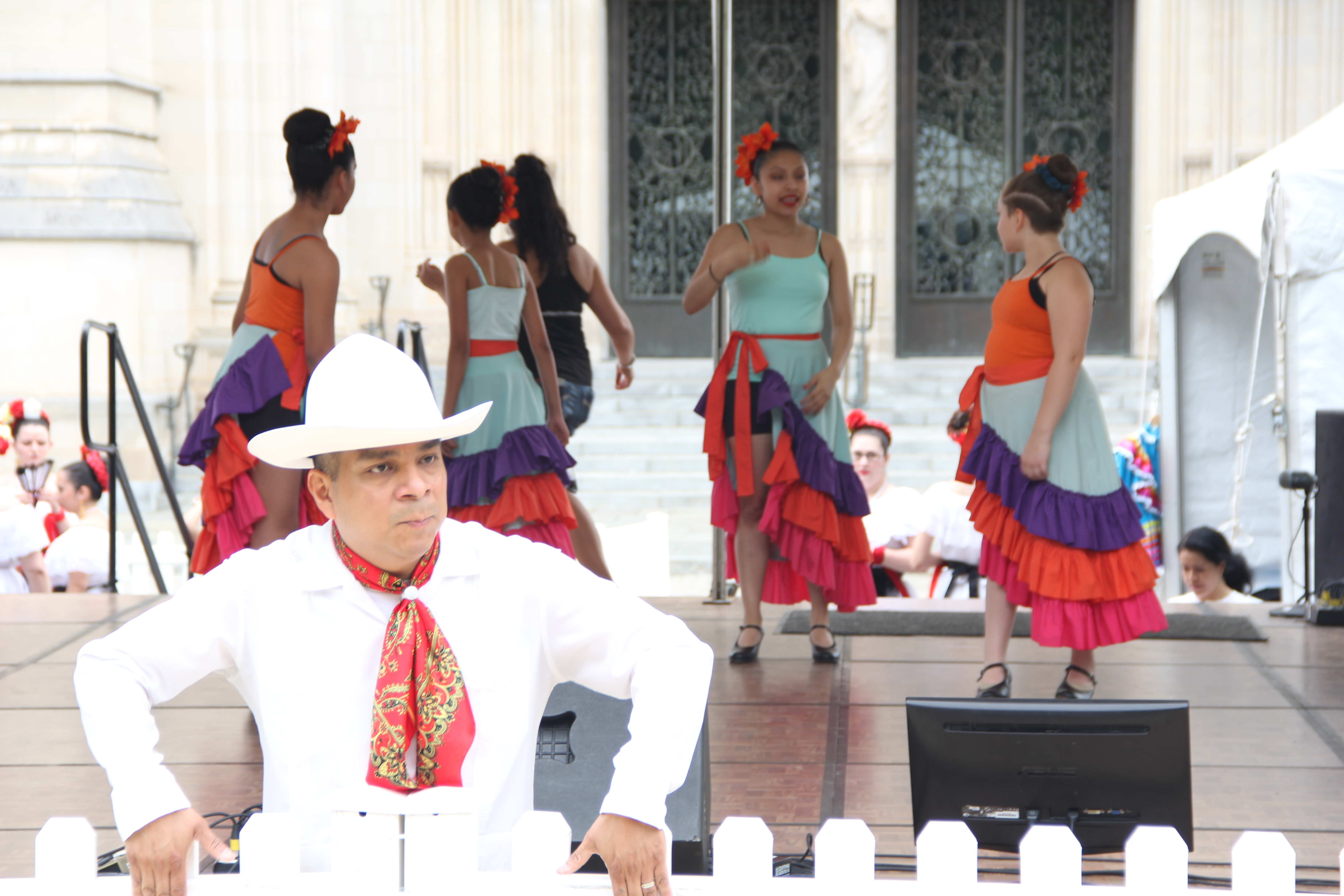 """Baltimore's """"Bailes de Mi Tierra"""" Mexican folk dance group warms up before a performance at the One Journey Festival in support of refugees, Washington, June 2, 2018. (V. Macchi/VOA)"""