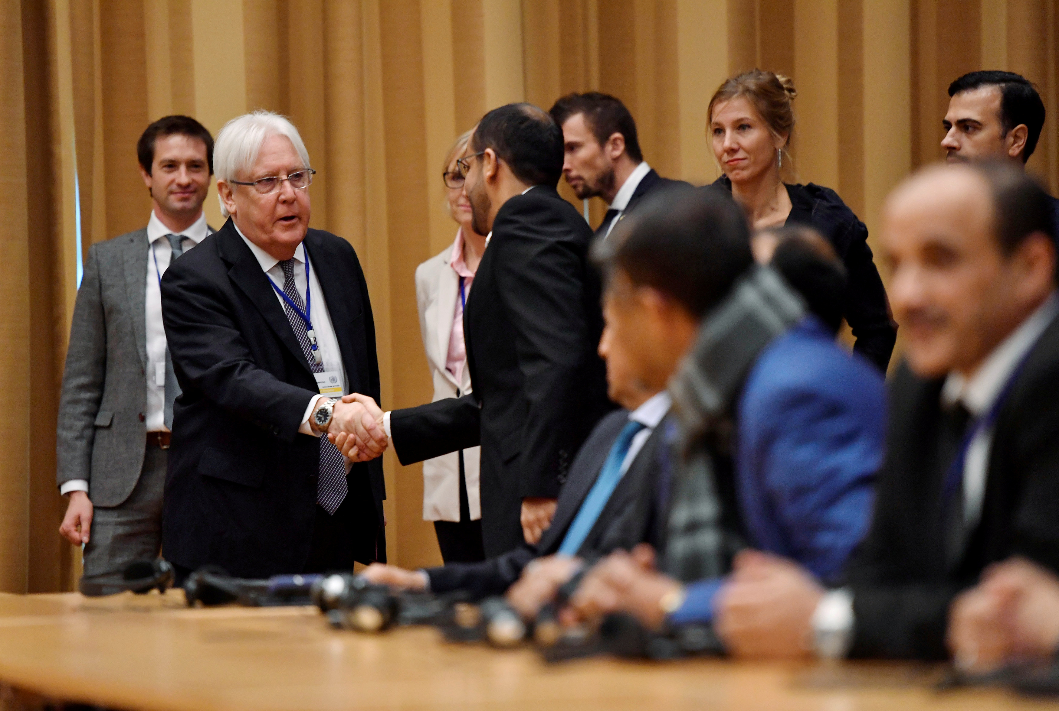 Martin Griffiths shakes hands with Yemeni delegates