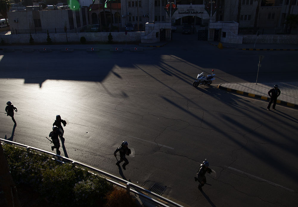 Riot police ran towards protesters who tried to gather on Interior Ministry Circle on Wednesday after subsidies in Jordan were cut. (Y. Weeks for VOA)