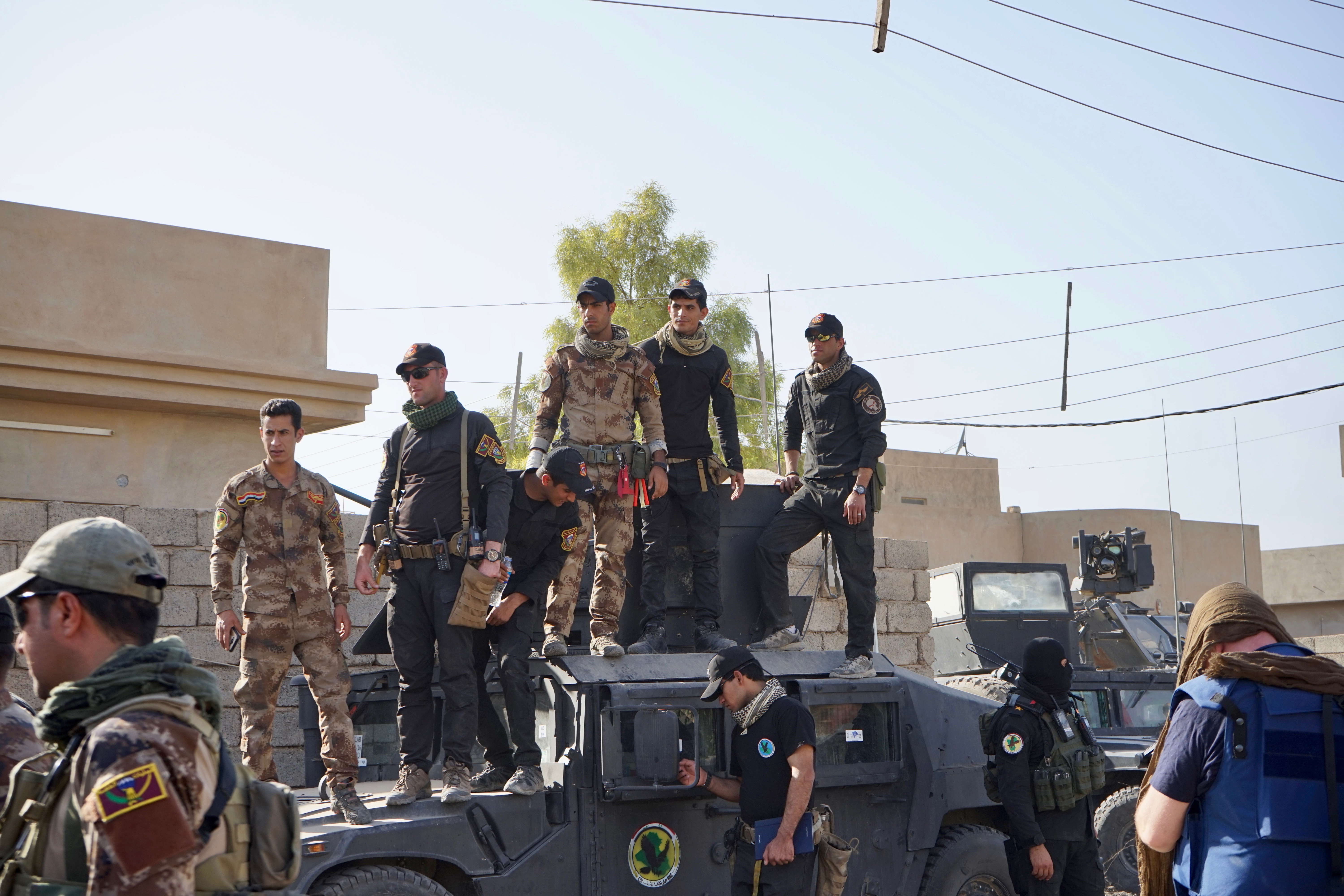 Iraqi Special Forces and soldiers from the Golden Division listen to their commander, General Talib Shaghati, congratulate his officers on fending off a counter-attack from IS militants on the outskirts of Mosul, in Iraq. (J. Dettmer/VOA)