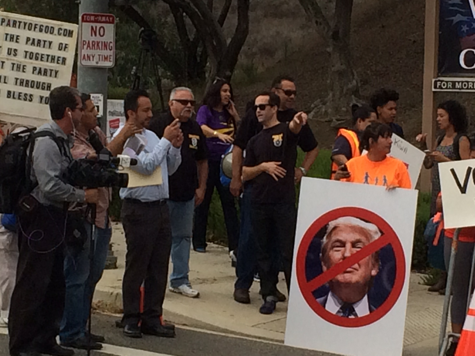 VOA reporter Mike O'Sullivan took this photo of protesters while aboard the media shuttle bus.