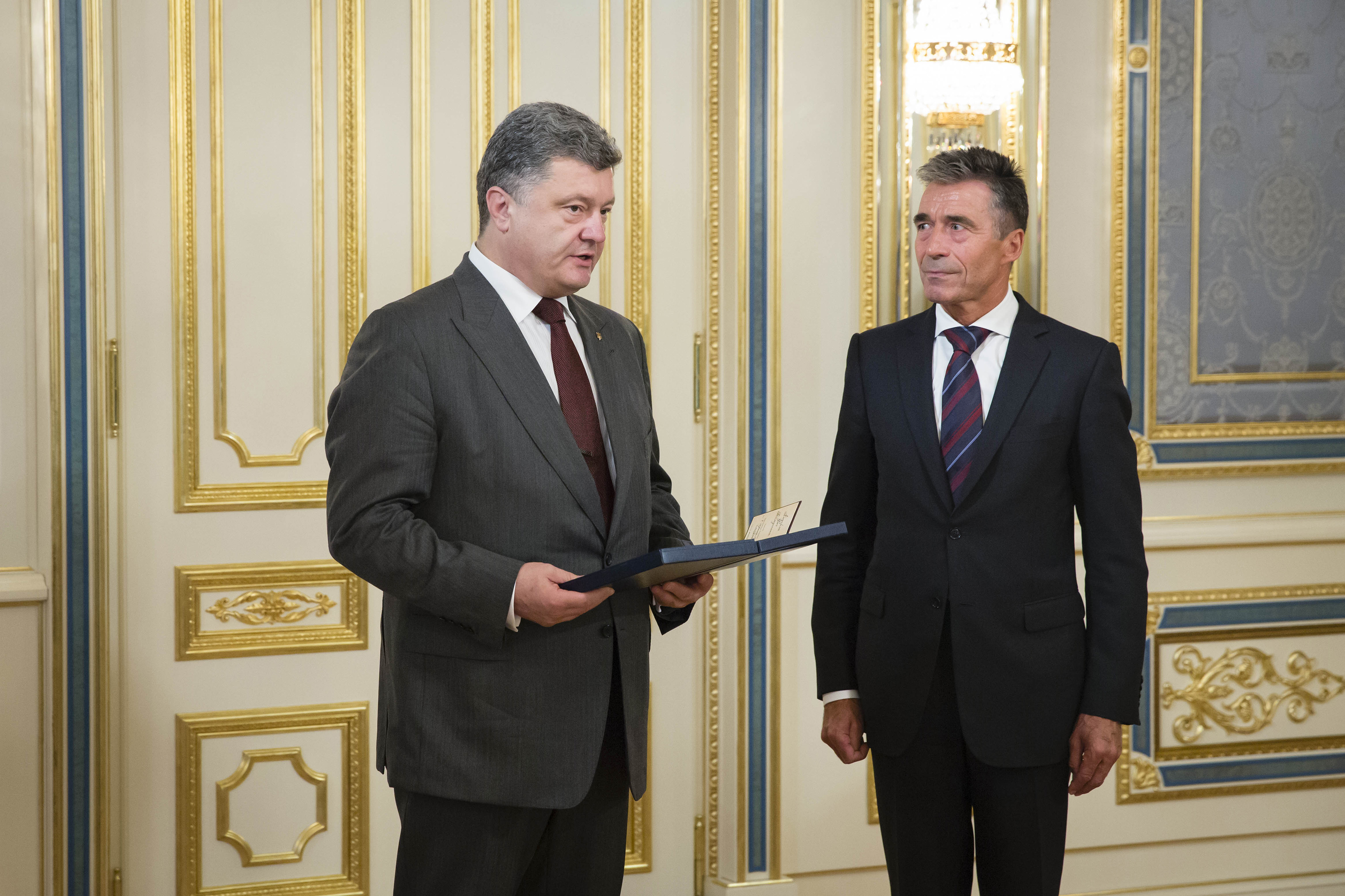 Ukraine's President Petro Poroshenko (L) speaks with NATO Secretary General Anders Fogh Rasmussen during their meeting in Kyiv, August 7, 2014.
