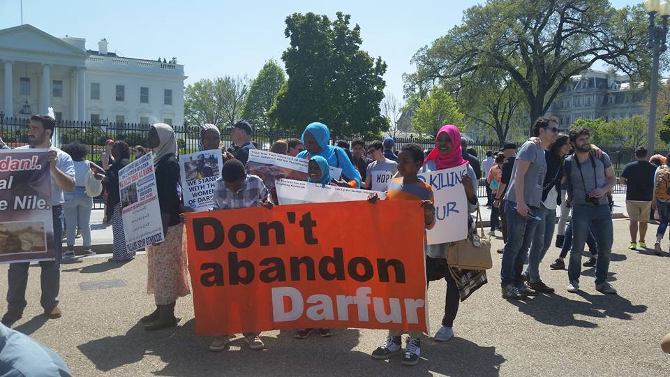 "About 100 demonstrators chanted ""Stop genocide in Darfur"" and ""Justice, justice for Darfur"" outside the White House in Washington, D.C., April 16, 2016. (N. Taha/VOA)"