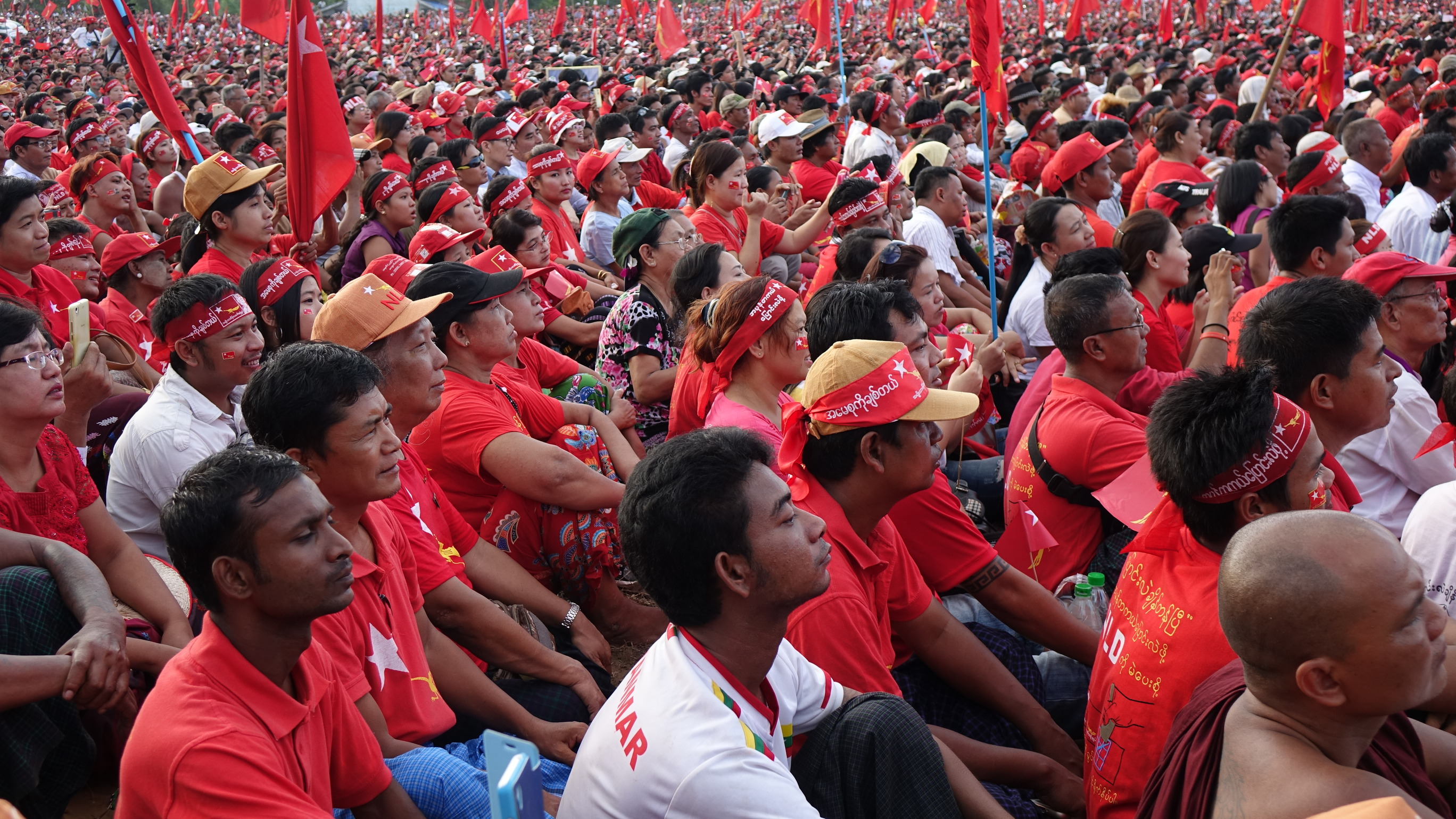 NLD supporters attend rally in Yangon, Myanmar, Nov. 5, 2015. (Photo: Z. Aung / VOA)
