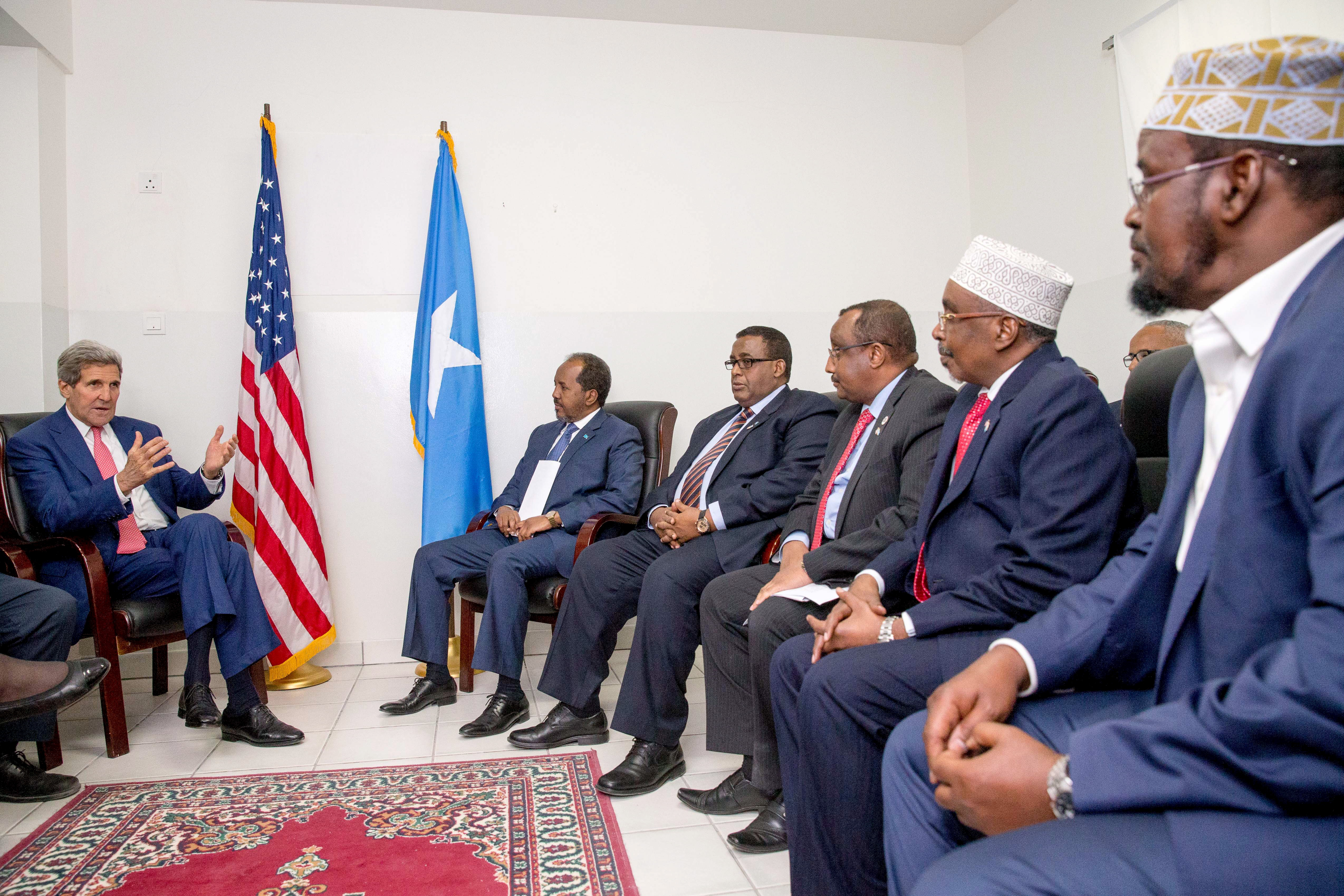 U.S. Secretary of State John Kerry (L) meets with President Hassan Sheikh Mohamud, second from left, Prime Minister Omar Abdirashid Ali Sharmarke, fourth from right, and regional Somali leaders at the airport in Mogadishu, Somalia, May 5, 2015.