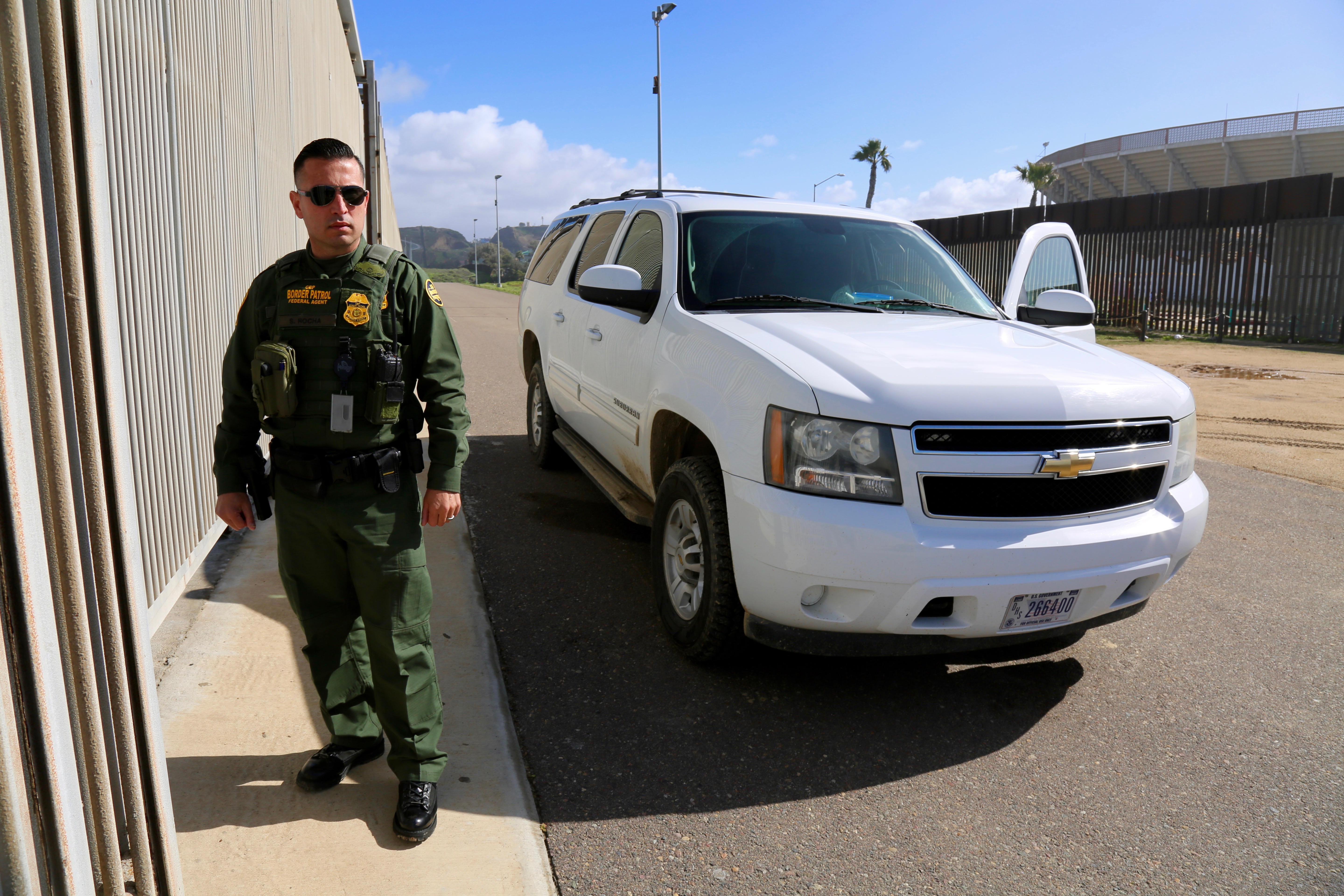 U.S. Border Patrol Agent Saul Rocha monitors the wall at California's Border Field State Park. (R. Taylor/VOA)