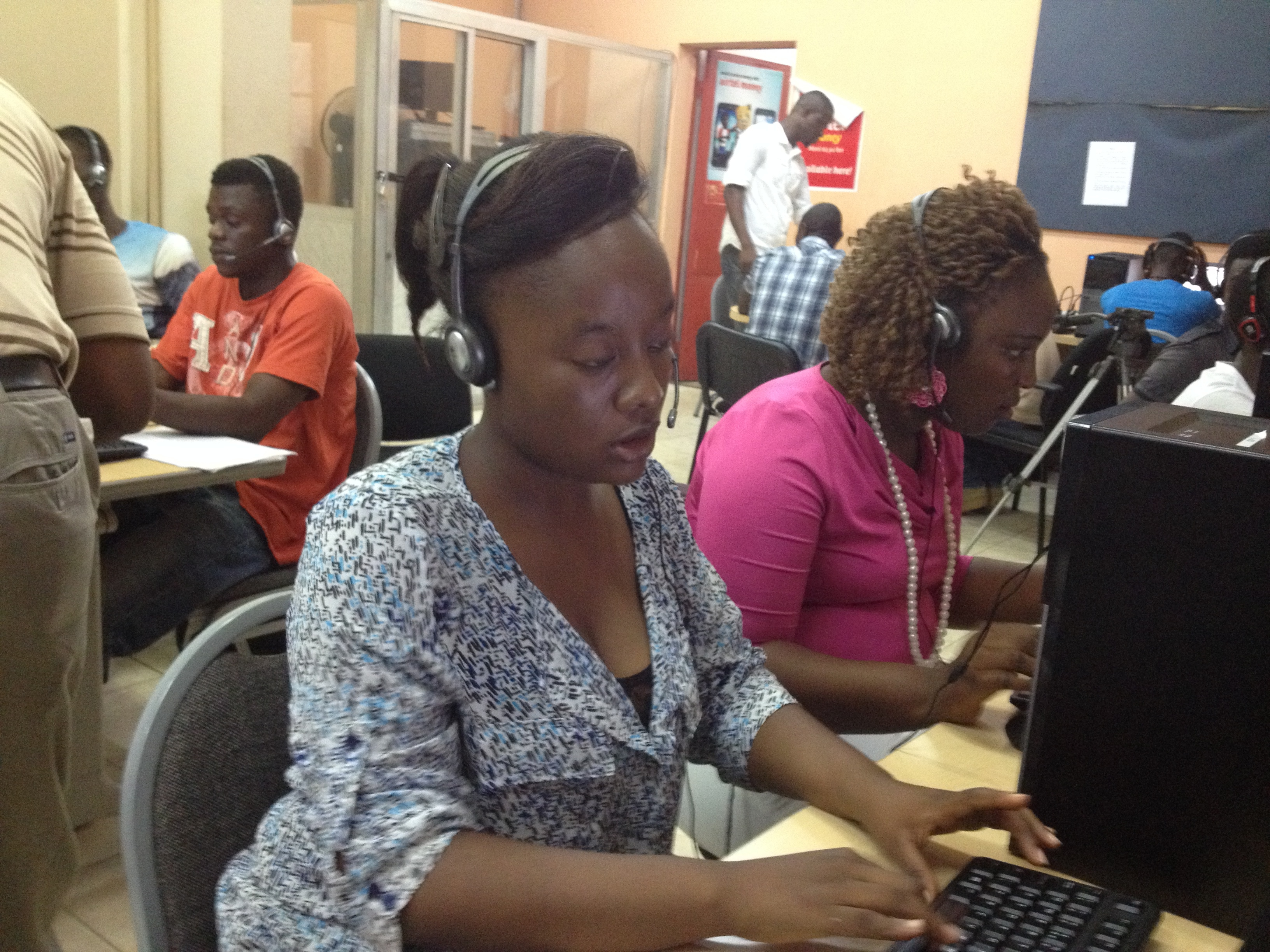 First responders at the 117 call center Grace Kargobai (left) and Victoria Dyka (far right), Freetown, Sierra  Leone, Oct, 30, 2014. ( Nina deVries / VOA)