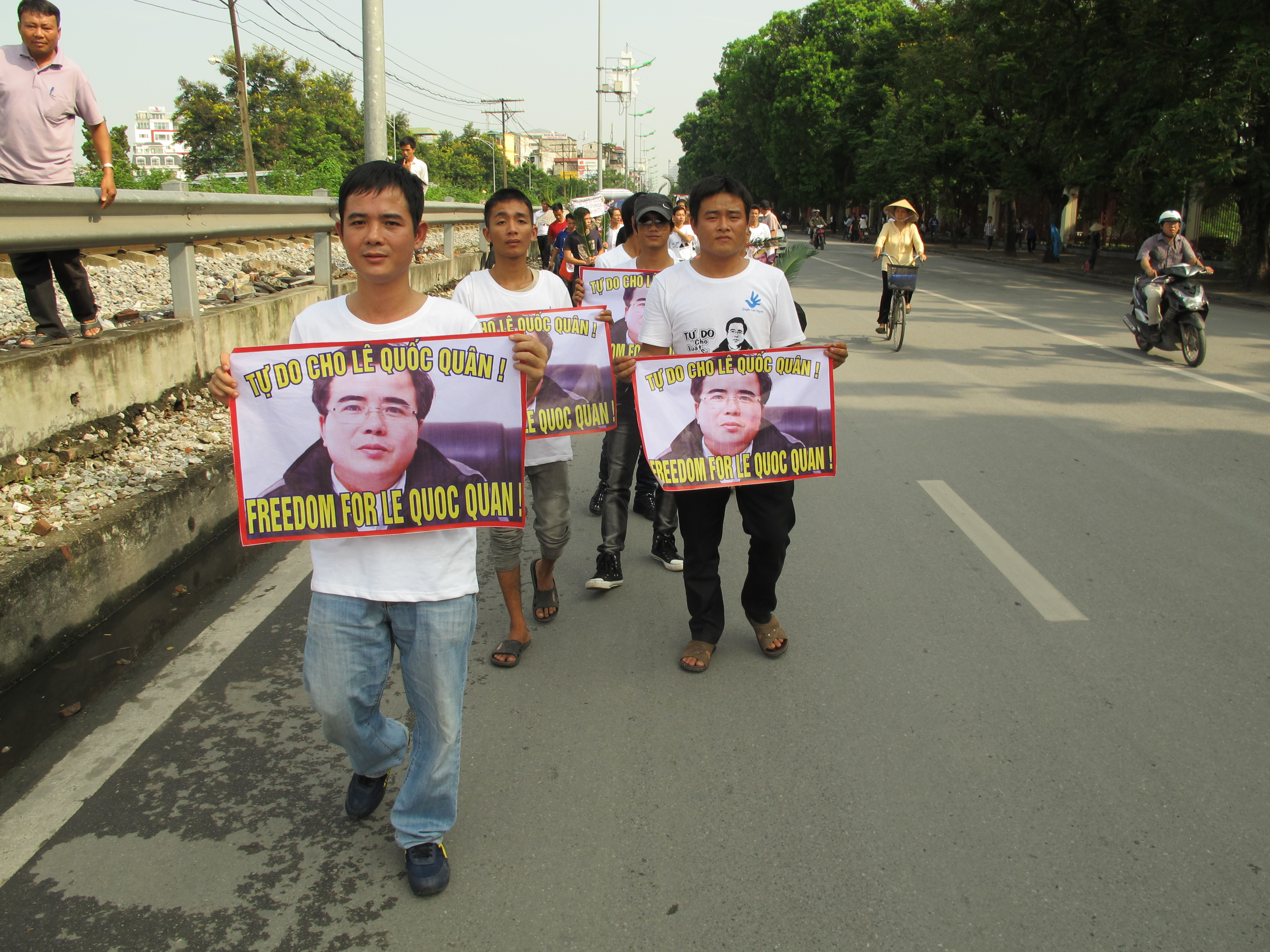 Supporters of Le Quoc Quan march in Hanoi, Oct. 2, 2013. (Marianne Brown for VOA)