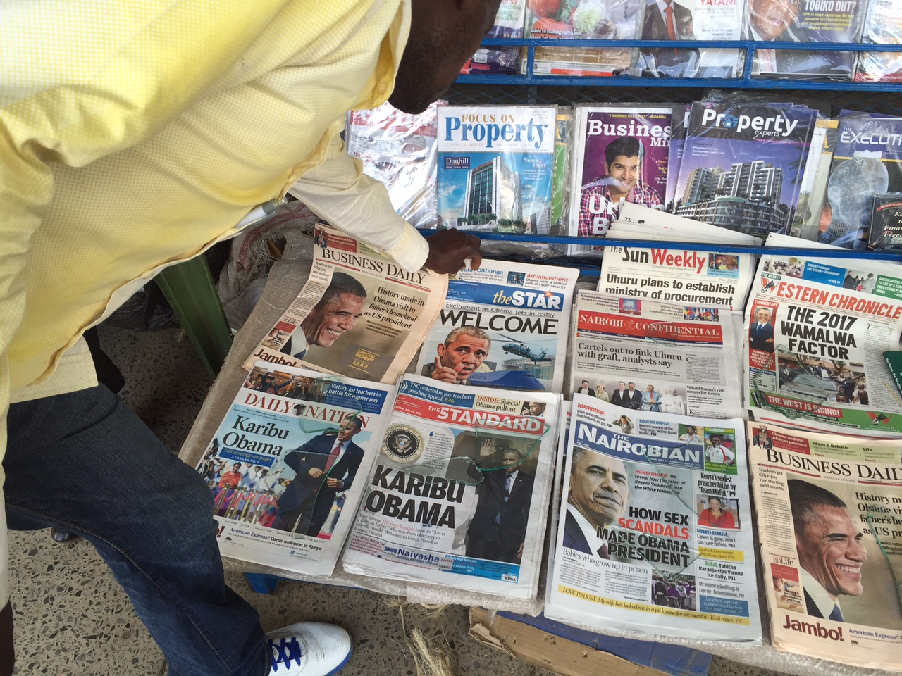 Newsstands in Nairobi contain papers highlighting President Barack Obama's visit, July 24, 2015. (Photo: Aru Pande / VOA)