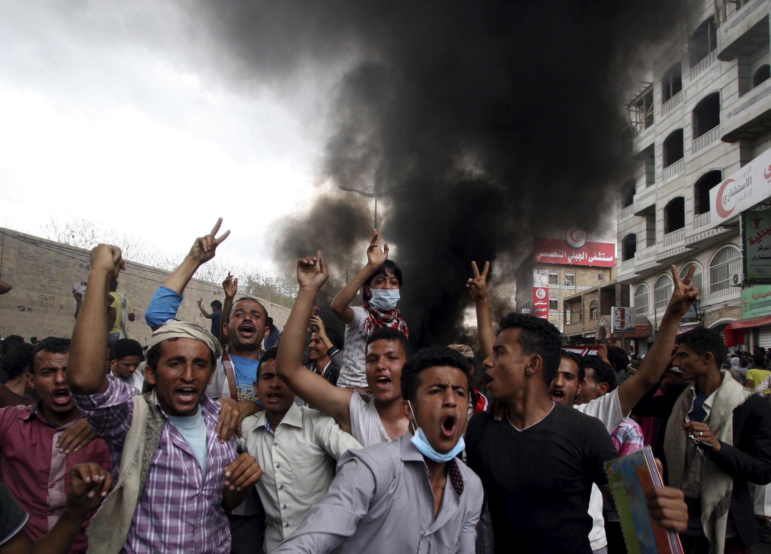 Anti-Houthi protesters demonstrate in Yemen's southwestern city of Taiz, March 23, 2015.