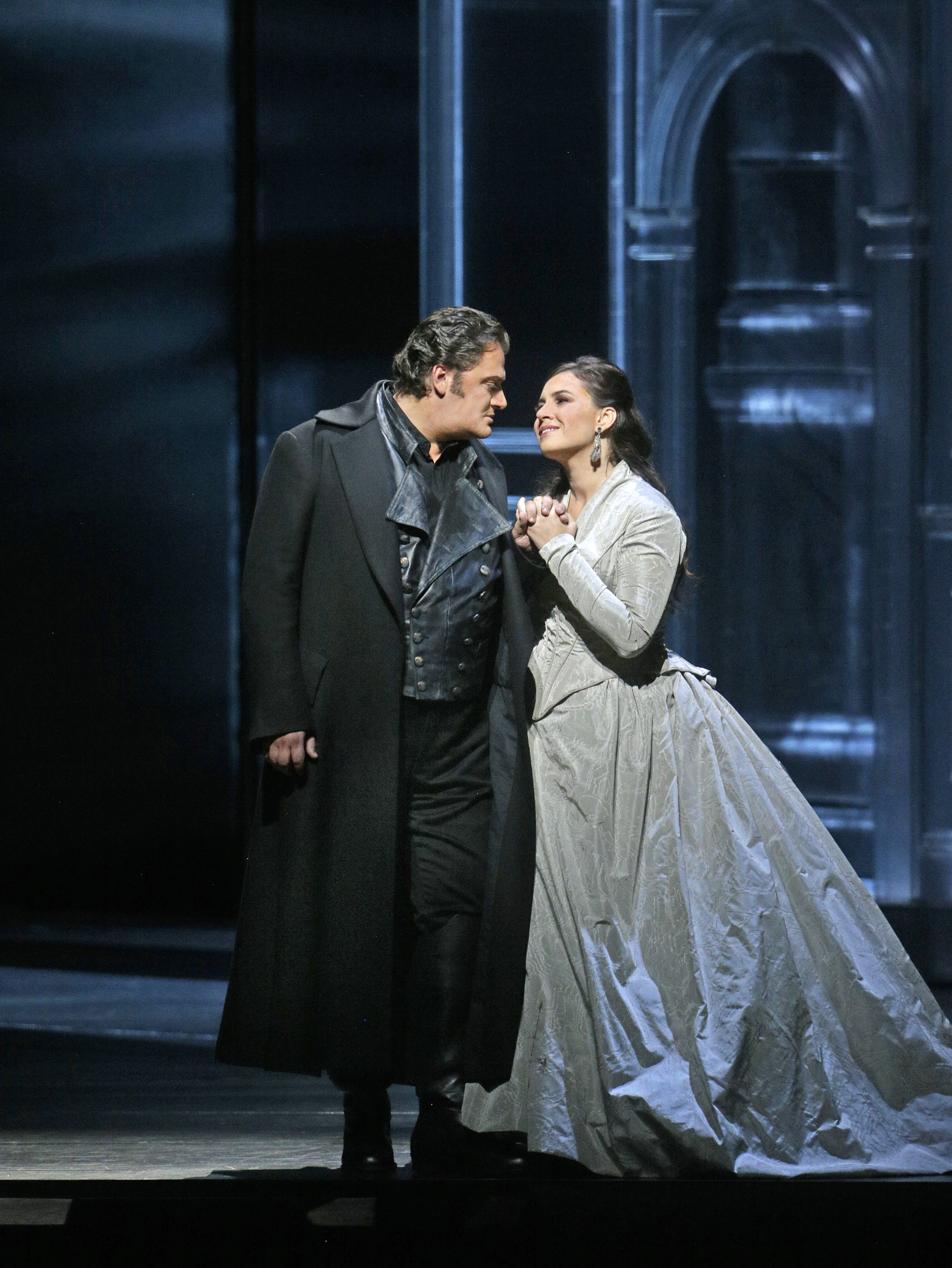 Otello (Aleksandrs Antonenko) has just returned from battle and he and Desdemona (Sonya Yoncheva) sing about their love for each other.