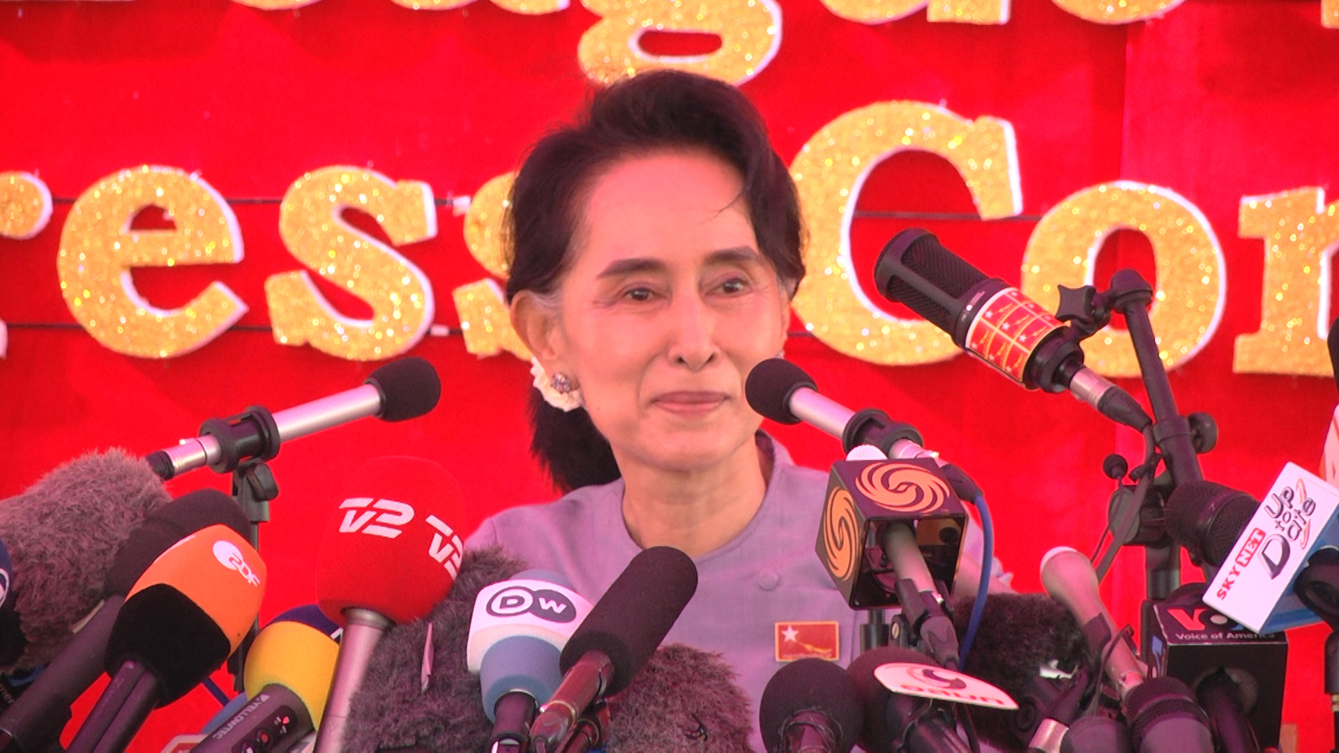 Myanmar's opposition leader Aung San Suu Kyi speaks at a press conference at her home in Yangon, Myanmar, Nov. 5, 2015. (Photo: Z. Aung/VOA )