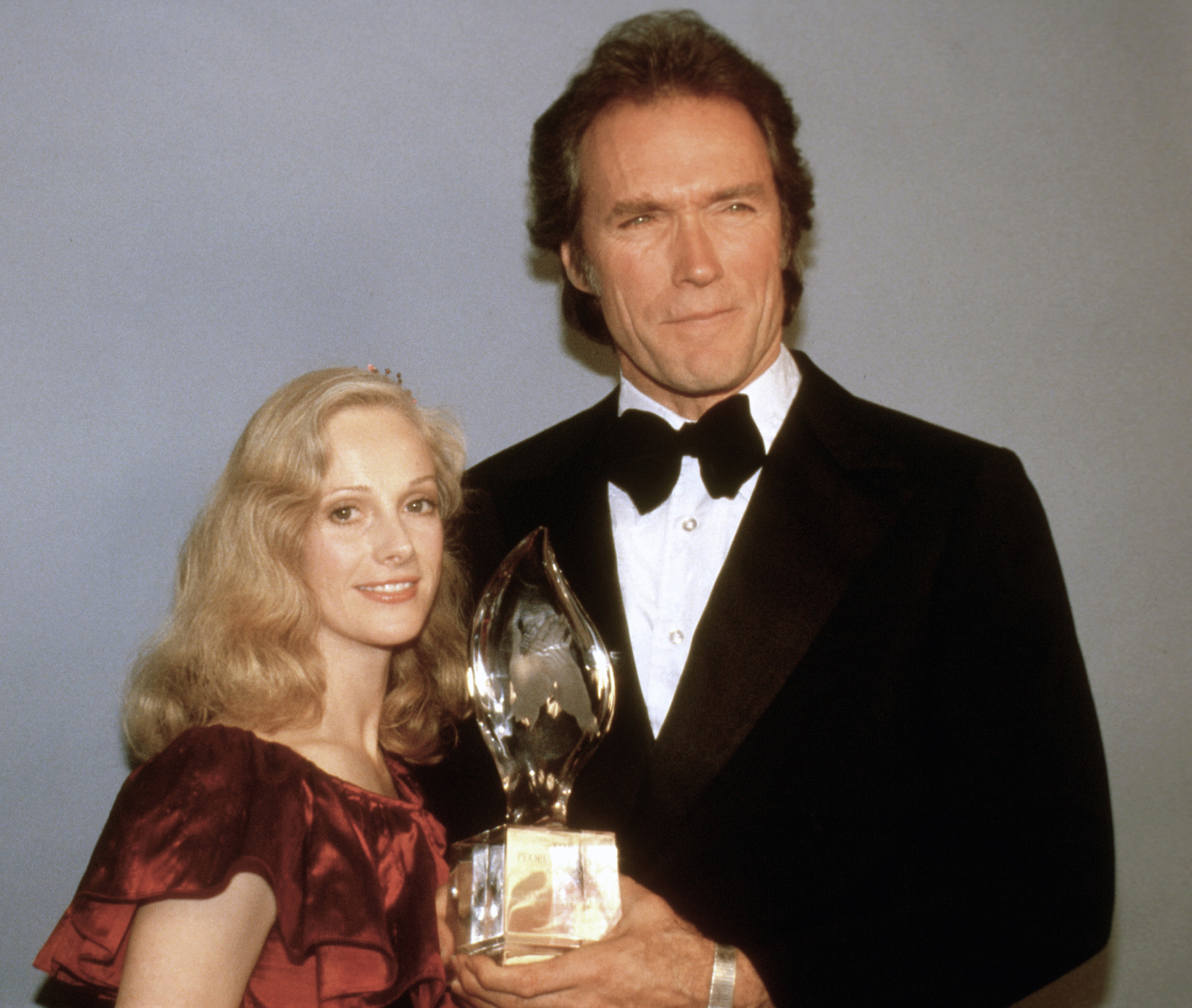FILE - Clint Eastwood poses with his girlfriend Sondra Locke, March 5, 1981, and his People's Choice Award for favorite motion picture actor in Los Angeles.