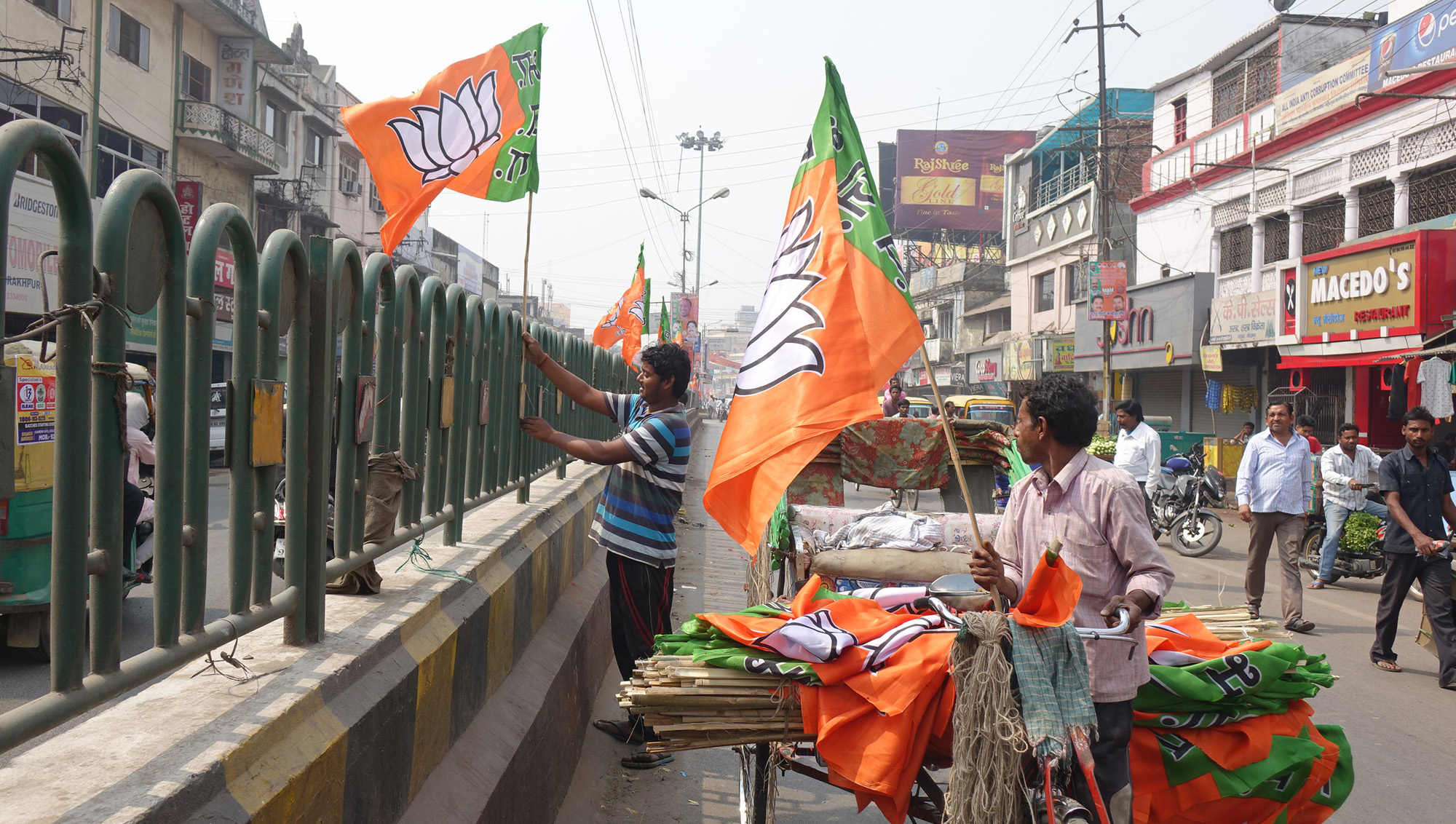 BJP workers cover the Uttar Pradesh town of Gorakhpur with the flags of their party, March 24, 2017. (M. Hussain/VOA)