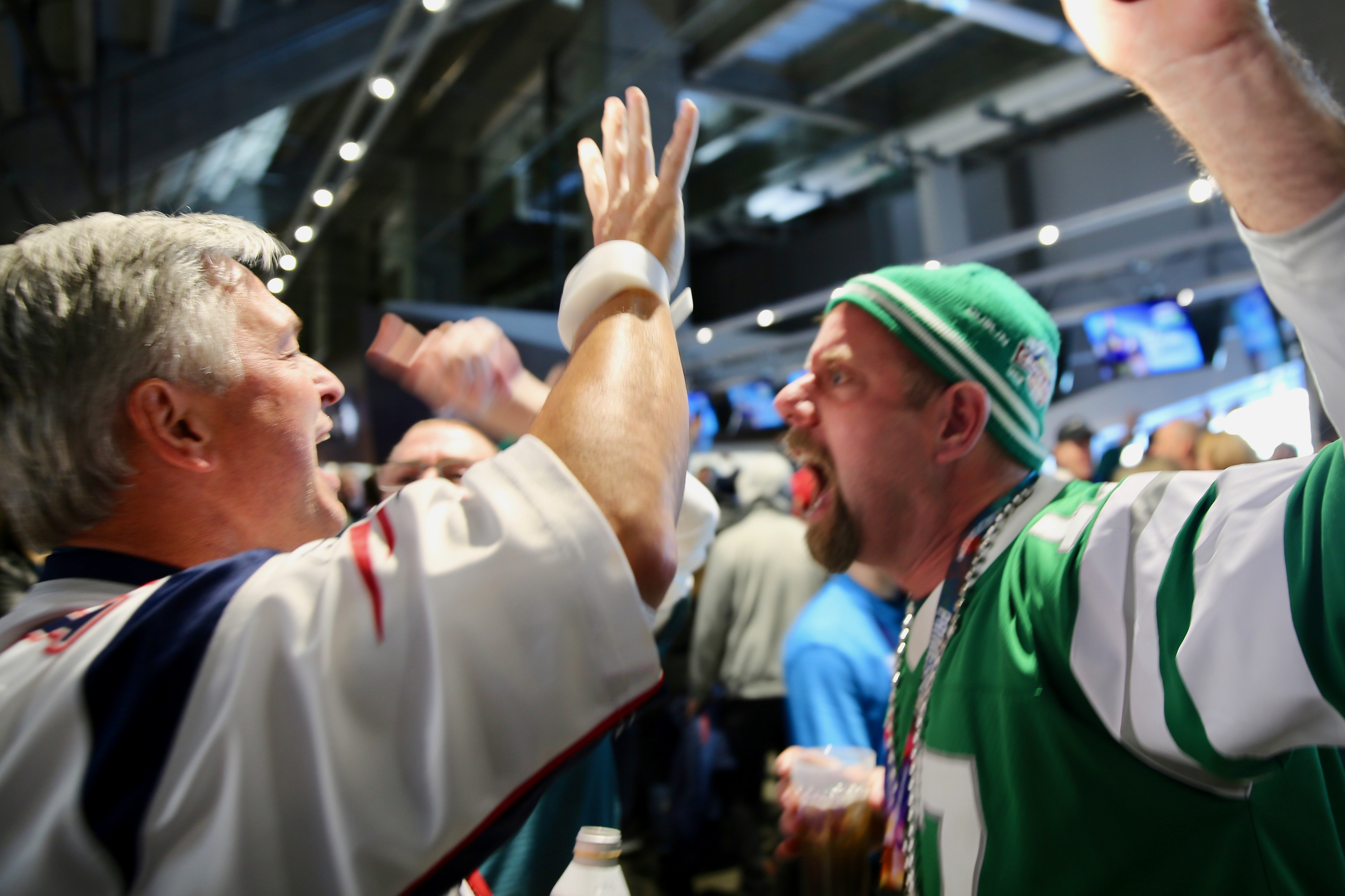 Two fans shout back and forth prior to kickoff of Super Bowl LII, the NFL championship game between the New England Patriots and the Philadelphia Eagles, in Minneapolis, Minnesota (Brian Allen/VOA)