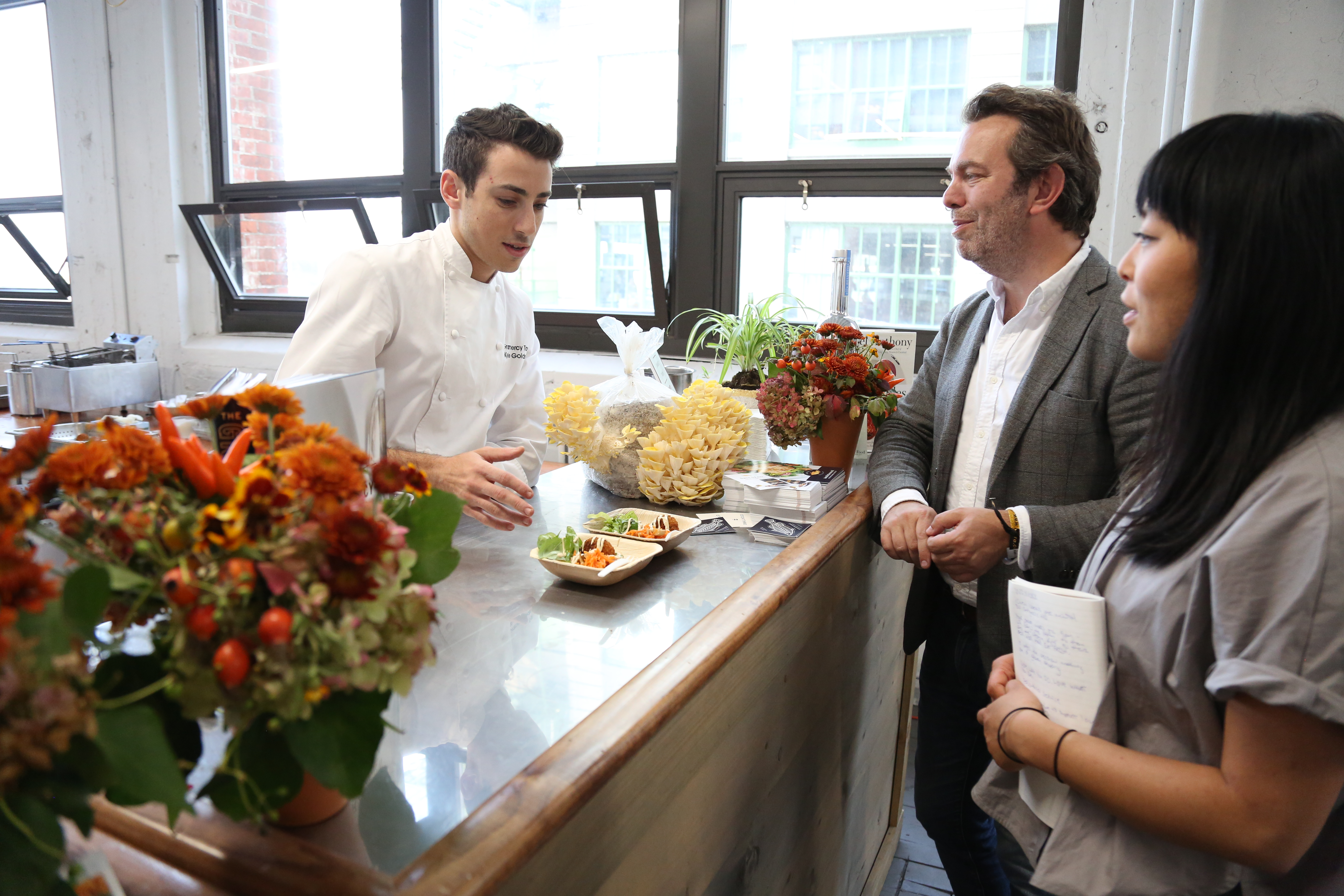 Gramercy Tavern sous chef Kyle Goldstein with attendees at the Food Loves Tech event in Brooklyn, Nov. 3, 2017. (T. Trinh/VOA)