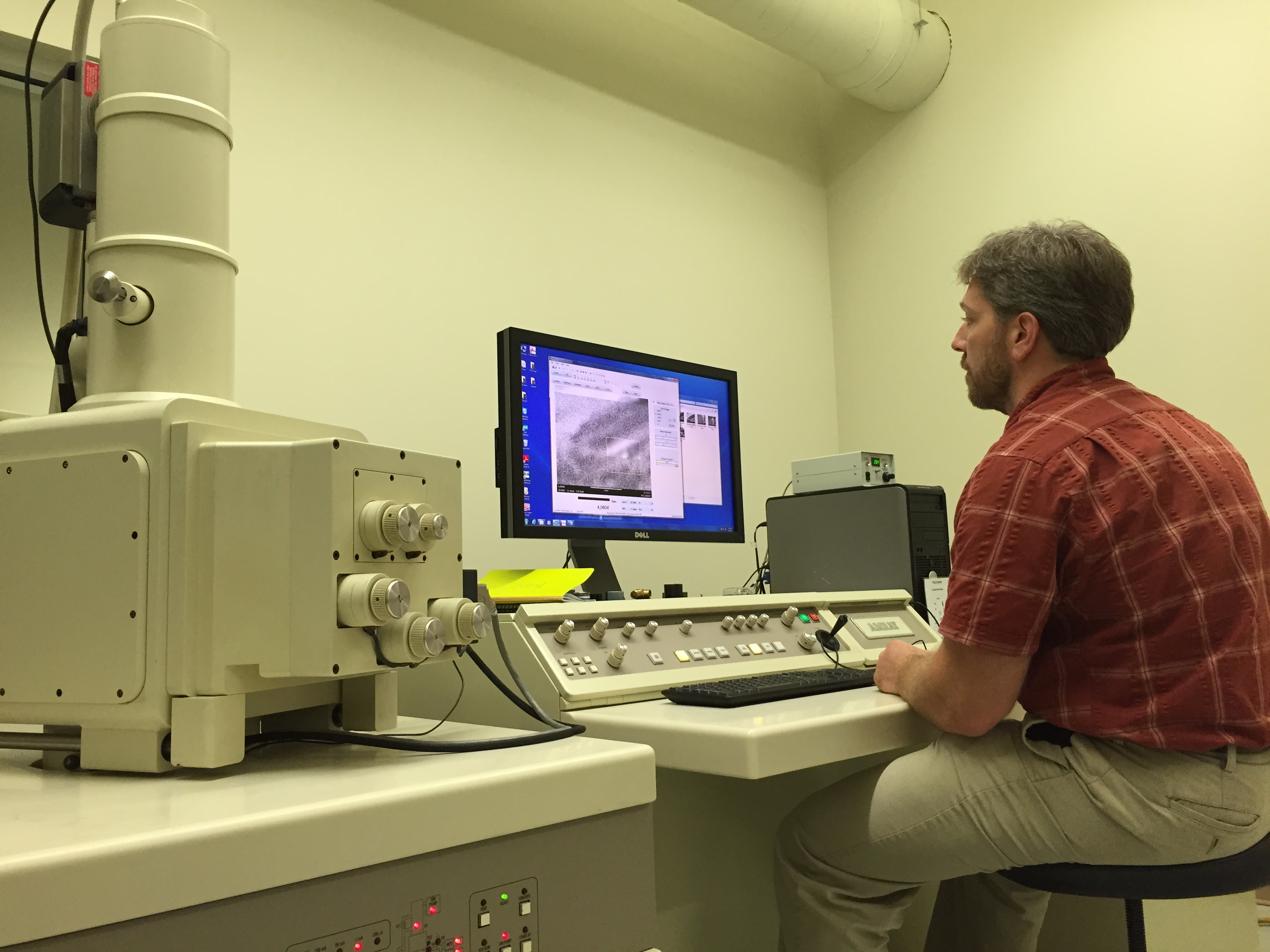 Scanning electron microscope analyzes type of paint to confirm parts match missing plane, Aug. 11, 2015. (Photo: Carolyn Presutti / VOA)