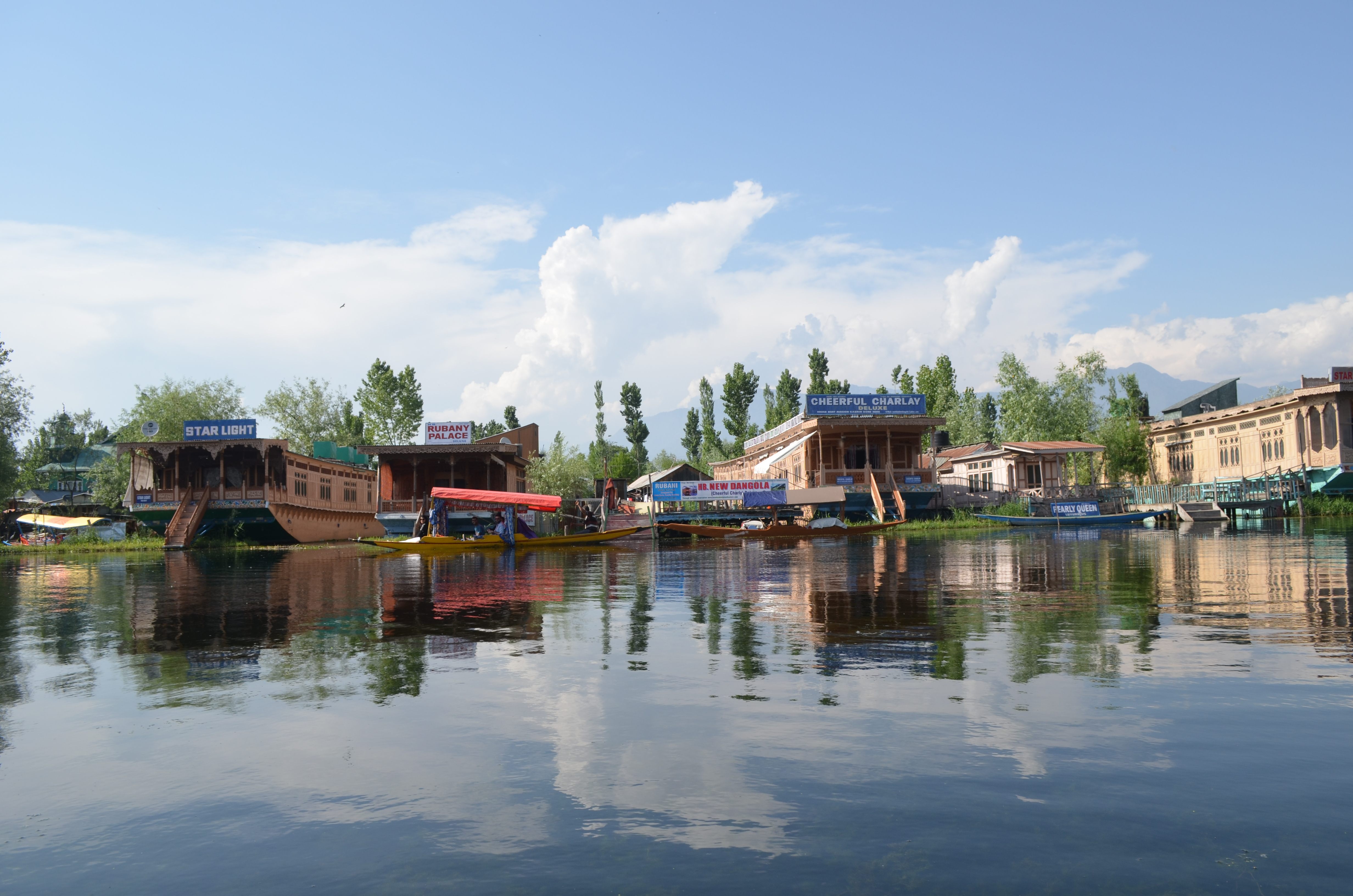 The usually bustling Dal Lake, the center of  attraction in Kashmir's summer capital Srinagar, wore a desolate look this year. (A. Pasricha/VOA)