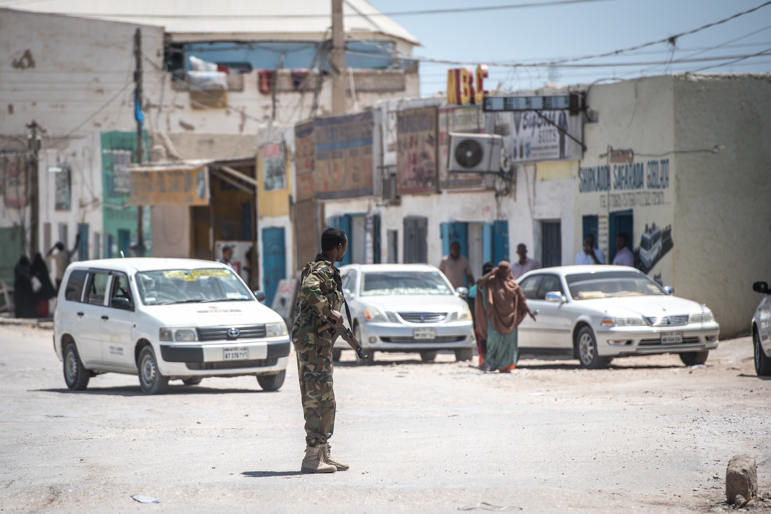A Puntland police soldier directs traffic outside police headquarters in the economic hub city of Bossaso, Somalia, March 24, 2018. (J. Patinkin/VOA)
