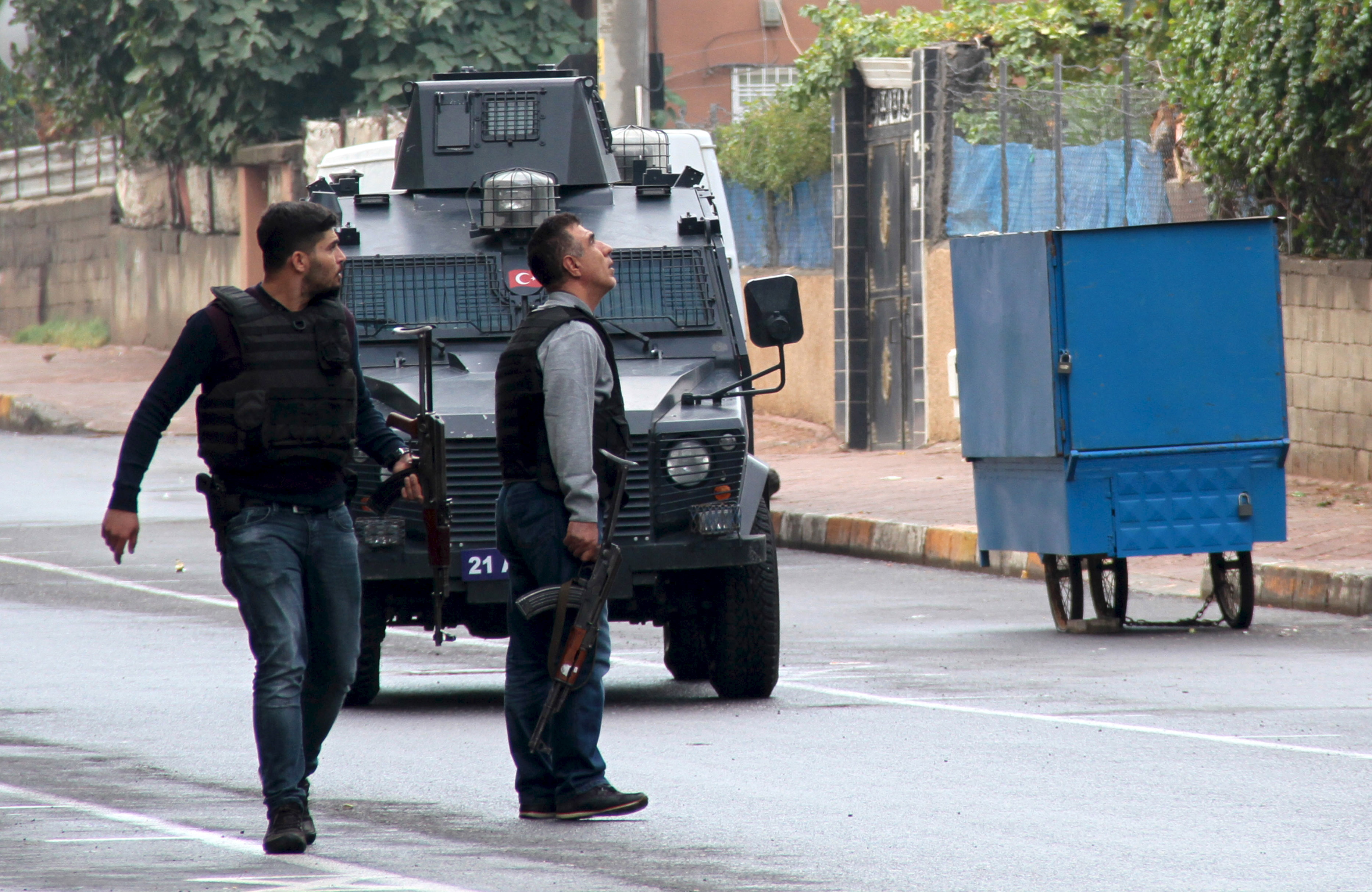 Turkish police special forces take part in a security operation in Diyarbakir, Turkey, October 26, 2015, where two Turkish policemen and seven Islamic State militants were killed after police raided more than a dozen houses in the region.