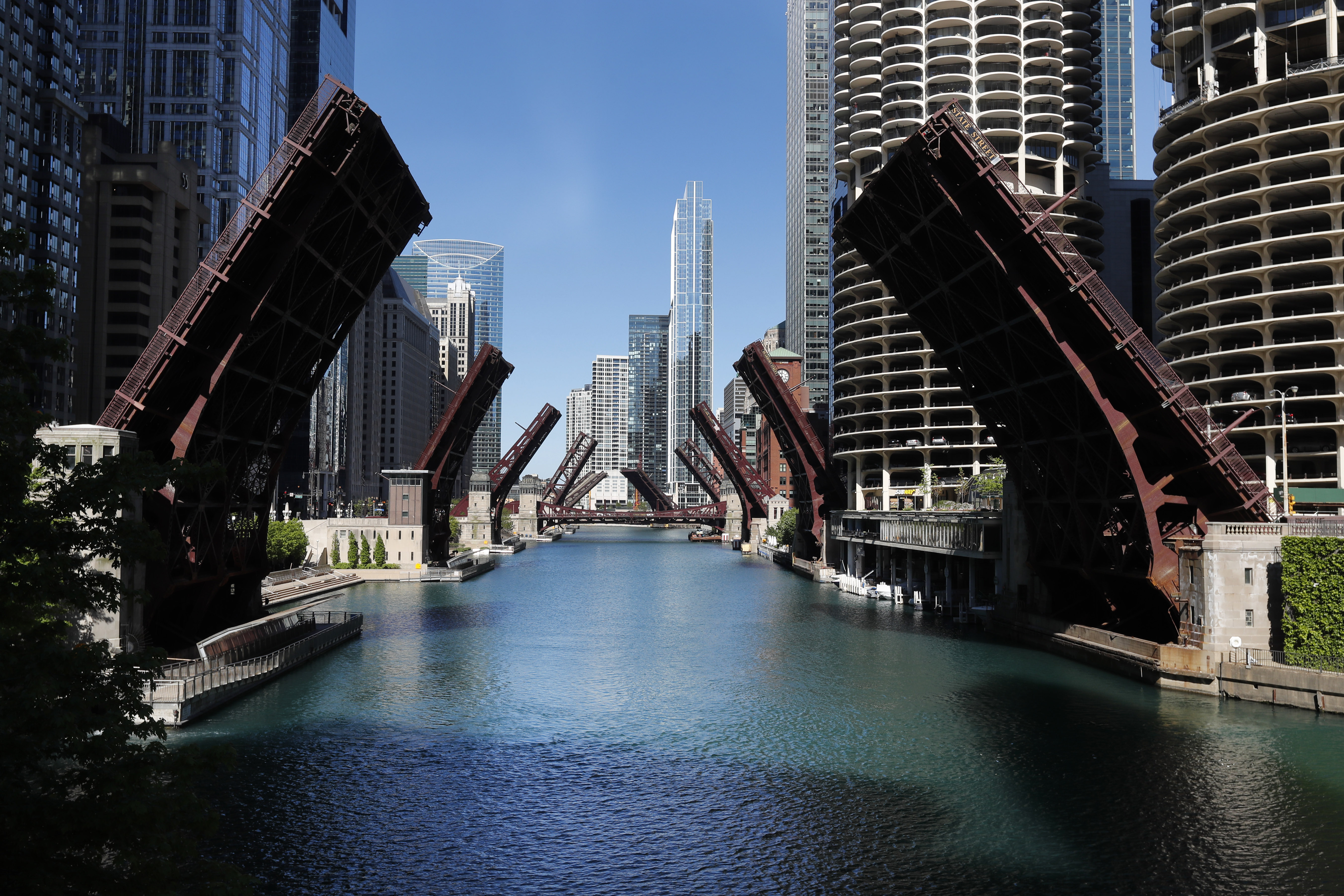 Chicago Limits Downtown Access After Night Of Violent Protests Voice Of America English