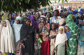 FILE - Refugees from Central Africa wait in Cameroonian Garoua Boulaï border town for foods and clothes delivering  by humanitarian associations, April 25, 2014.