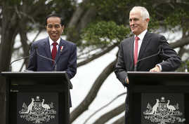 Indonesian President Joko Widodo (left) and Australian Prime Minister Malcolm Turnbull smile during a joint statement at Kirribilli House in Sydney, Feb. 26, 2017. Widodo is on a two-day visit to Australia.