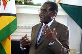 Zimbabwean President Robert Mugabe addresses his staff  during a surprise birthday celebration event at State House in Harare, Feb. 22, 2016.