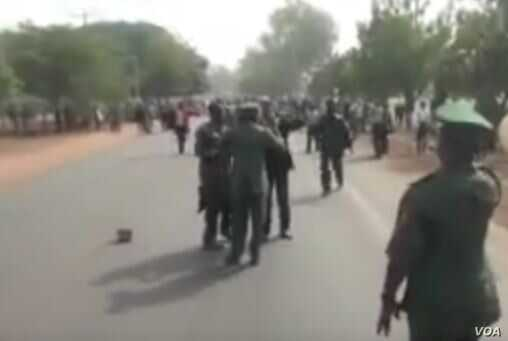 A video purportedly shows Nigerian military forces clashing with members of a Shi'ite Muslim sect.