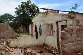 Muslims who fled the PK5 district are returning home to the PK5 district only to find their homes in ruins, Bangui, CAR, Oct. 2, 2014. (Katarina Hoije/VOA)