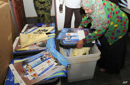 Officers from the Sudan Referendum Commission (SSRC) check voter registration kits, manuals and cards of referendum at the main distribution center in Khartoum, 08 Jan 2011