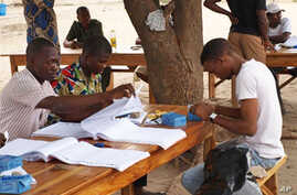 Election workers prepare electoral cards for the Benin's Presidential election in Yenawa, eastern Cotonou (File Photo - March 2, 2011)