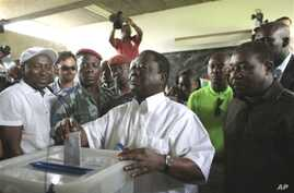 Presidential candidate Henri Konan Bedie casts his ballot in the first round of presidential elections in Abidjan, Ivory Coast, 31 Oct 2010