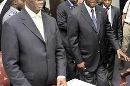 Former South African president Thabo Mbeki (L) meets with presidential election candidate Alassane Ouattara (R) during their meeting in Abidjan, 05 Dec 2010