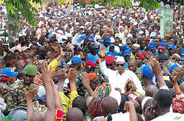 Guinea president elect Alpha Conde is surrounded by supporters in Conakry, Guinea, Nov 16, 2010 (file photo)