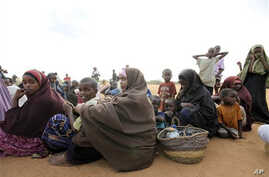 Women and children fleeing the war in Somalia queue to register at Dadaab, the refugee camp in northern Kenya, 09 Sep 2010