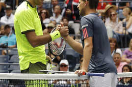 Juan Martin del Potro, of Argentina (L) greets Dominic Thiem, of Austria, after Thiem retired in the second set because of an injury during the fourth round of the U.S. Open tennis tournament, Sept. 5, 2016, in New York.